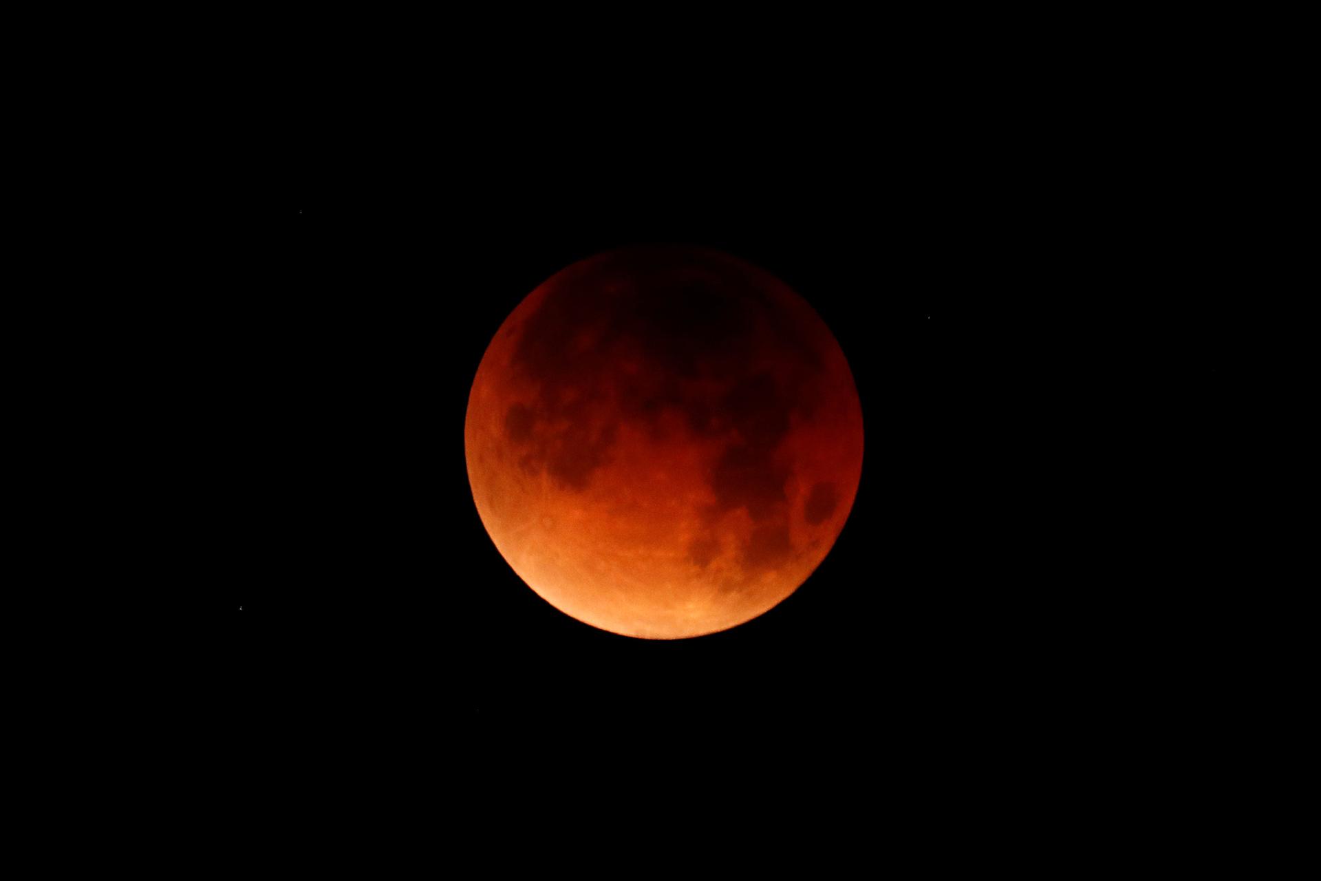 Se muestra un eclipse lunar sobre el océano en Oceanside, California, Estados Unidos, el 31 de enero de 2018. (Reuters)