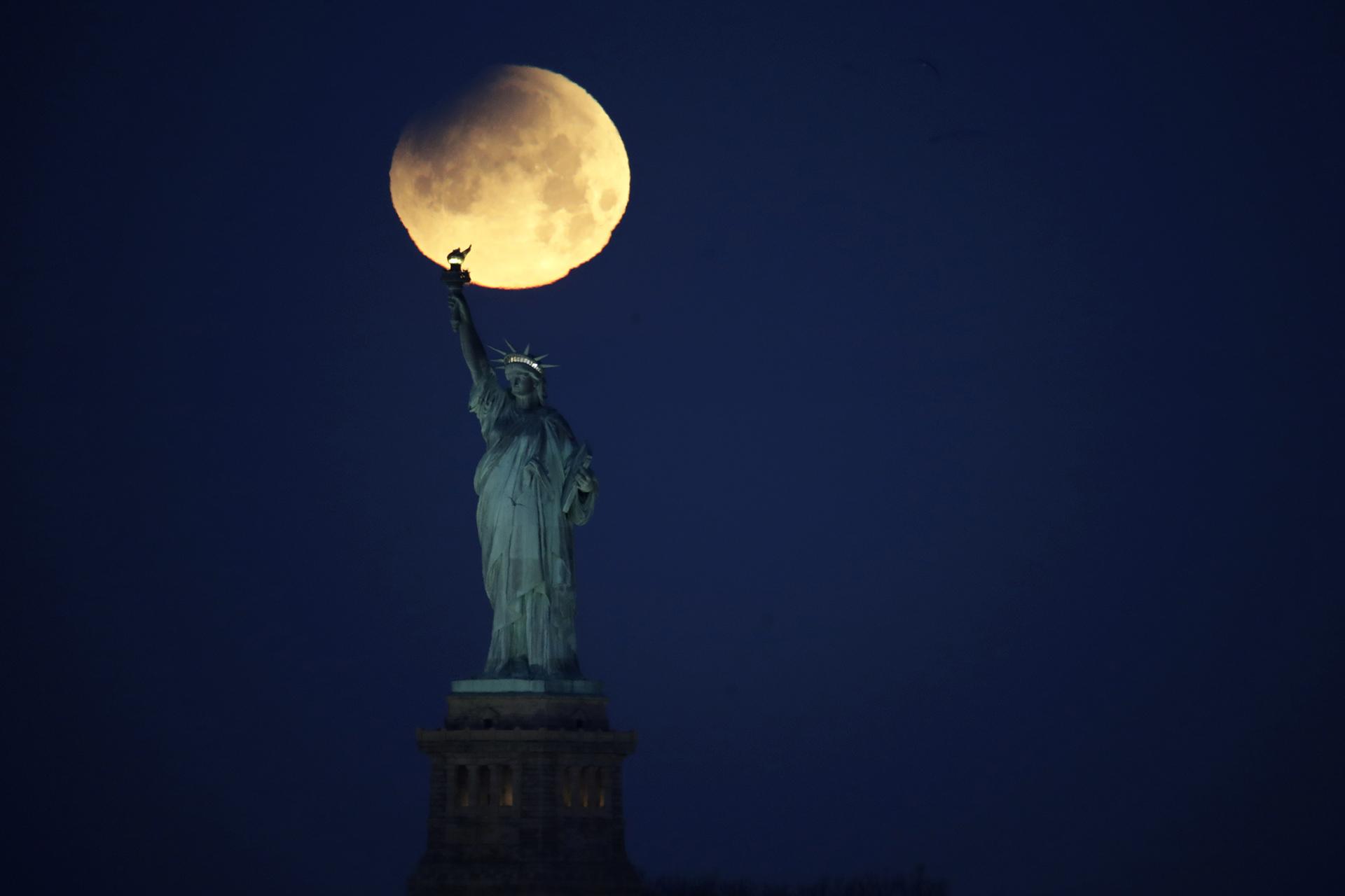 La superluna sobre la Estatua de la Libertad