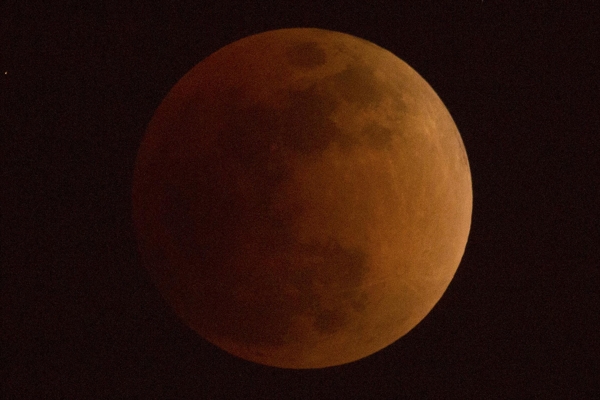 La luna se vuelve de color rojizo cuando pasó a través de la sombra de la tierra durante un eclipse lunar visto en Beijing, China, el miércoles 31 de enero de 2018