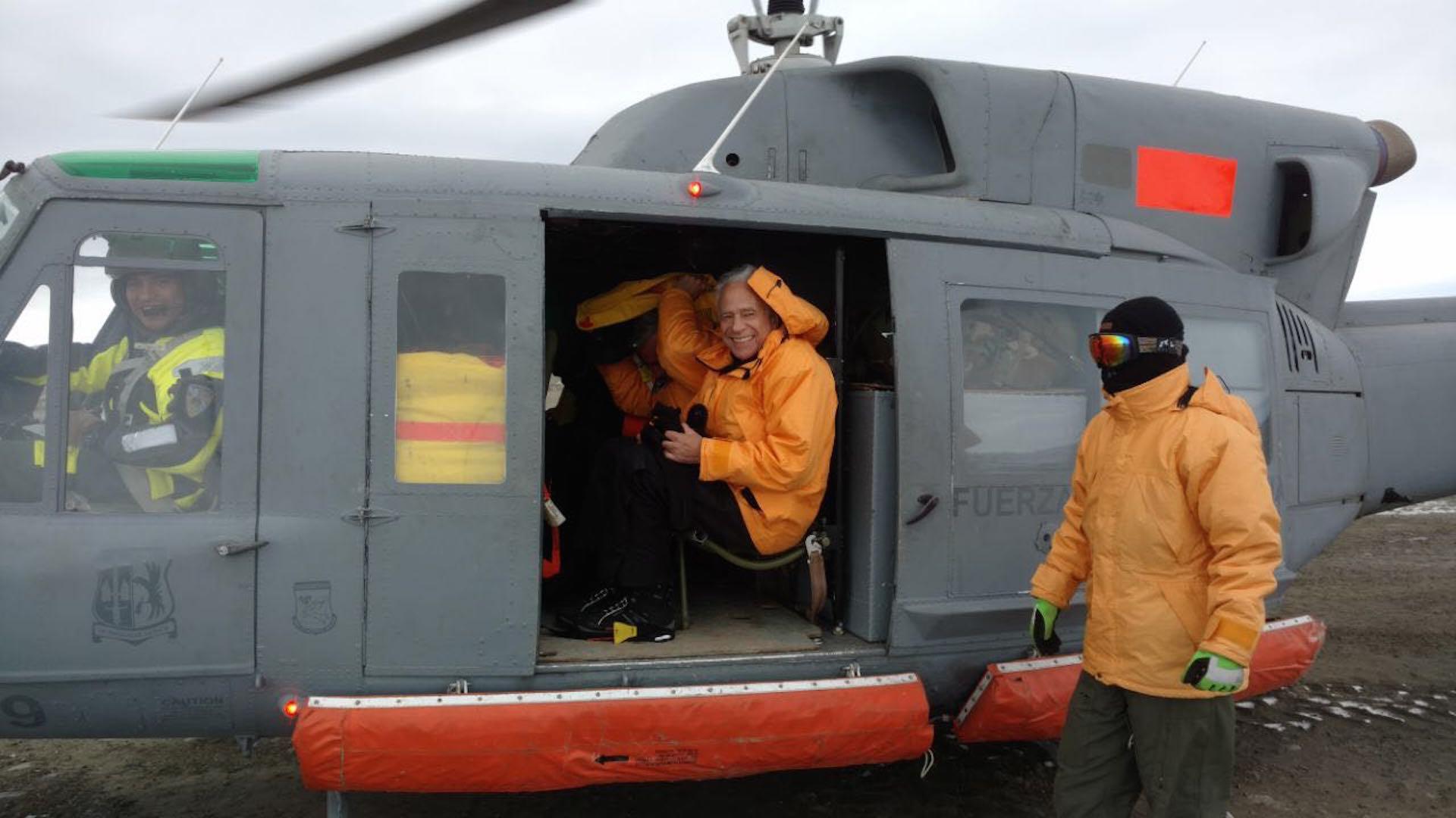 Alberto Cormillot recién llegado a la Antártida se subió a un Bell 212 para ir al Monte Cock Bird. (Foto gentileza A. Cormillot)