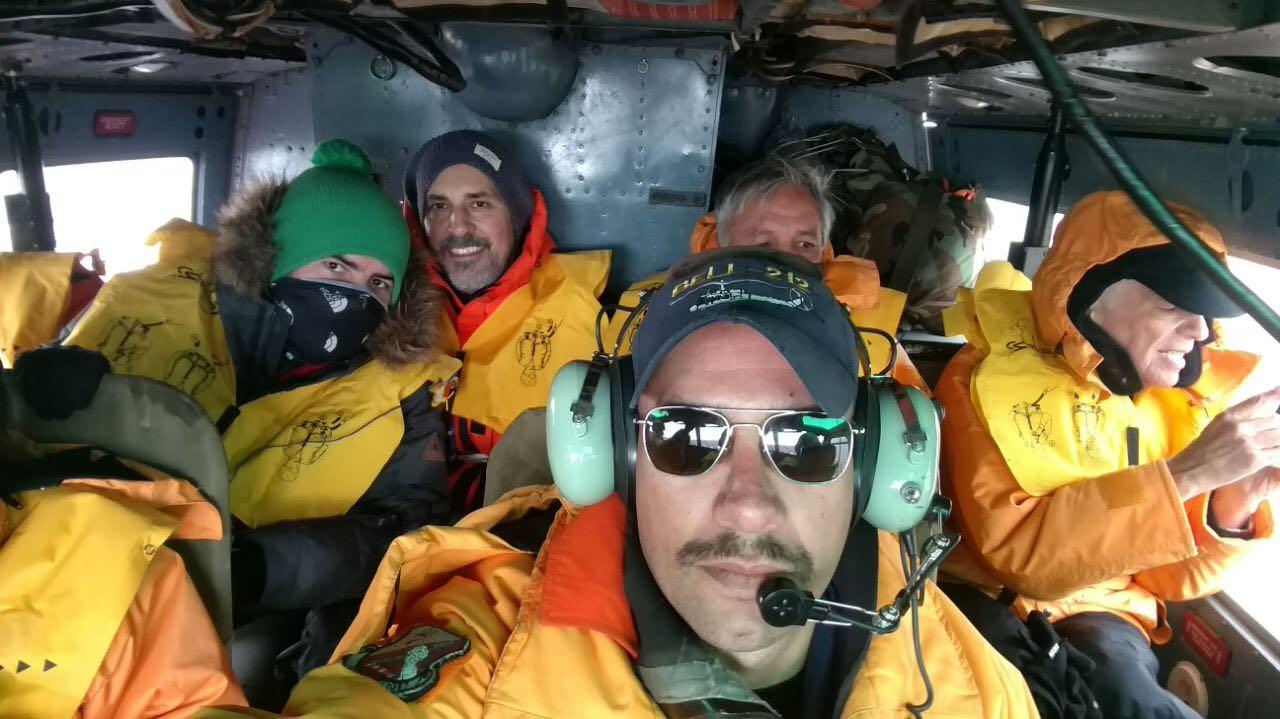 Alberto Cormillot y el resto del equipo en pleno vuelo con 15 grados bajo cero. (Foto gentileza A. Cormillot)
