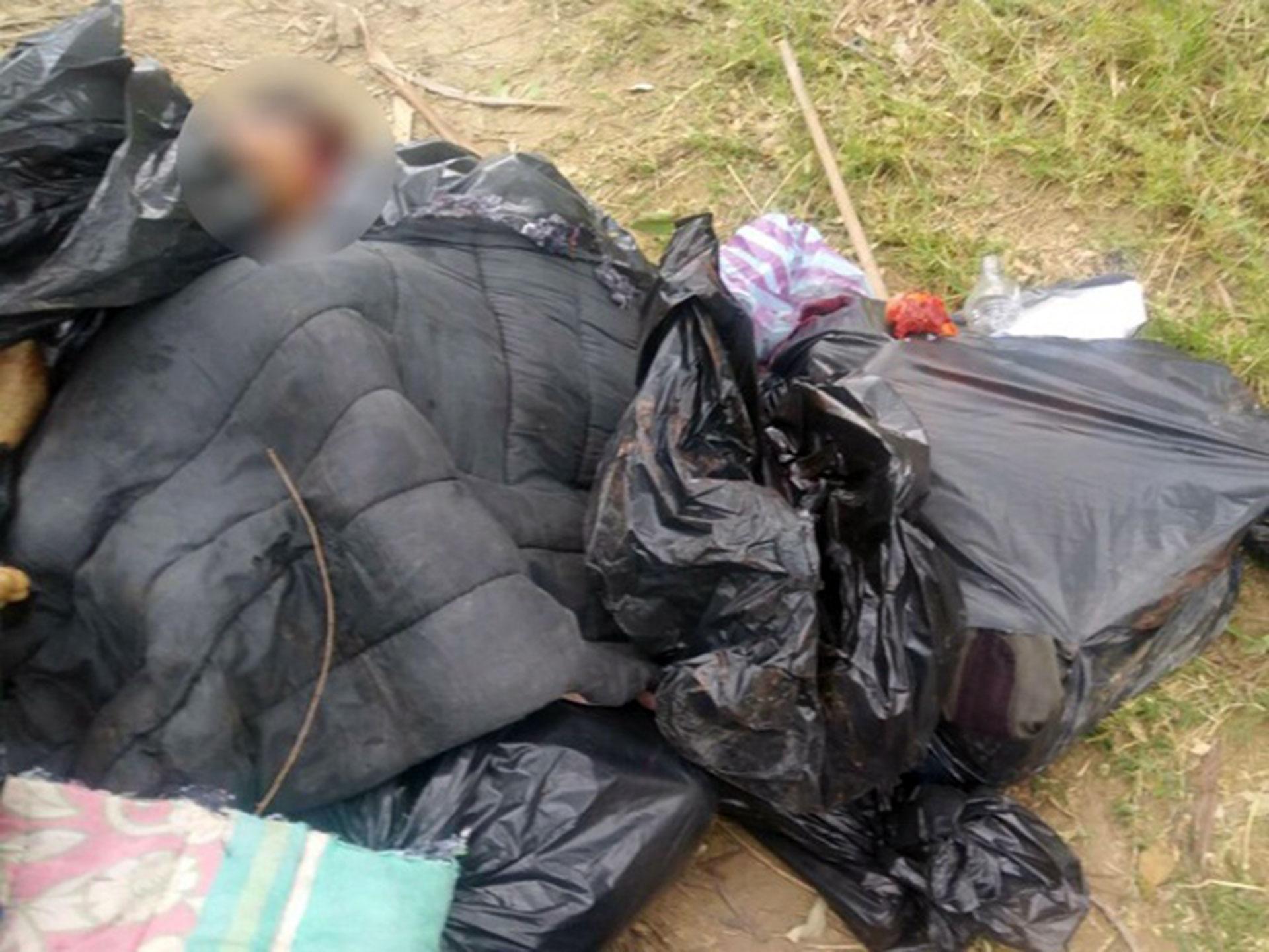En el lugar había varias prendas de vestir, probablemente pertenecientes a las víctimas.