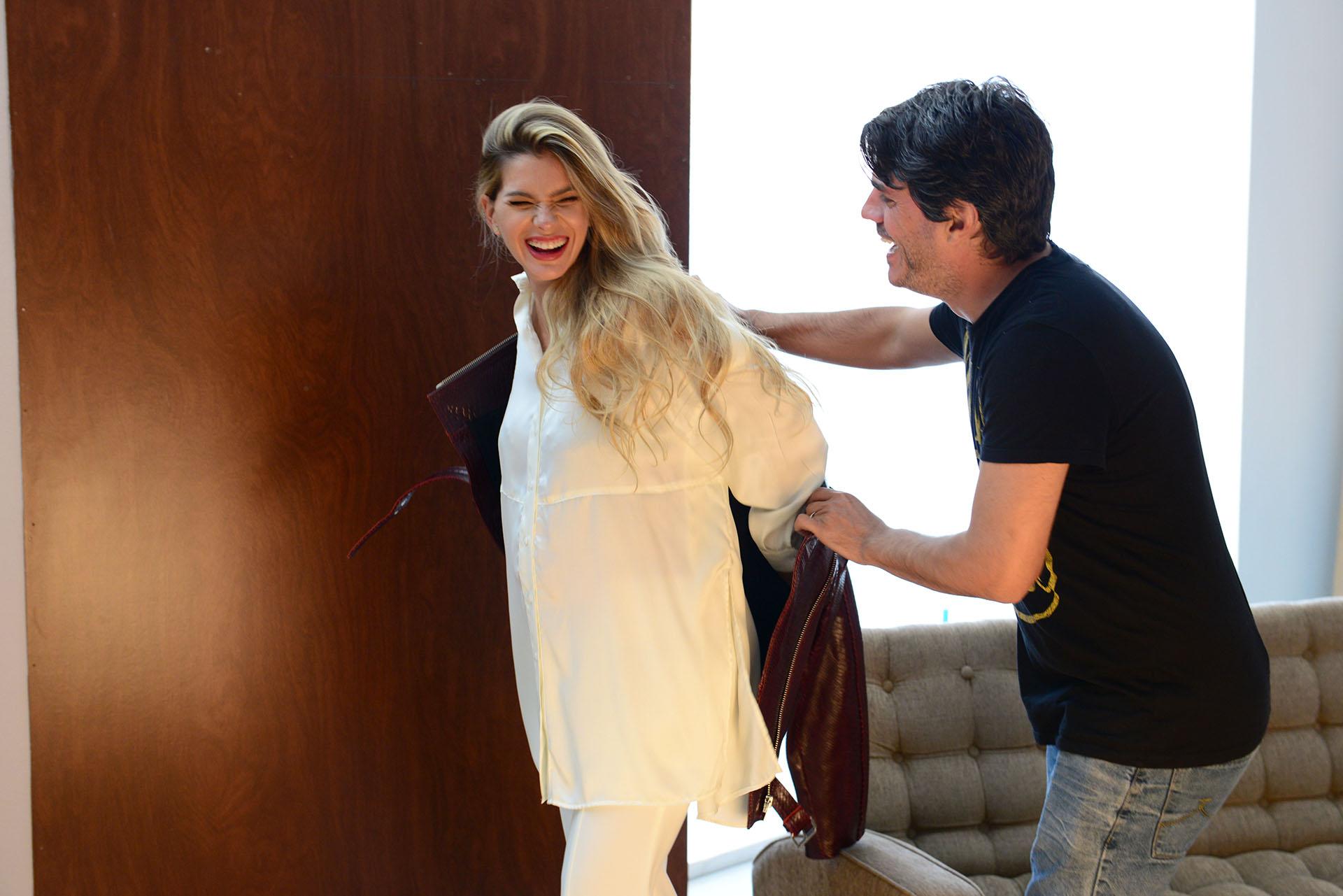 Entre toma y toma junto a su estilista Juan Cativa, el encargado de todos los cambios de look