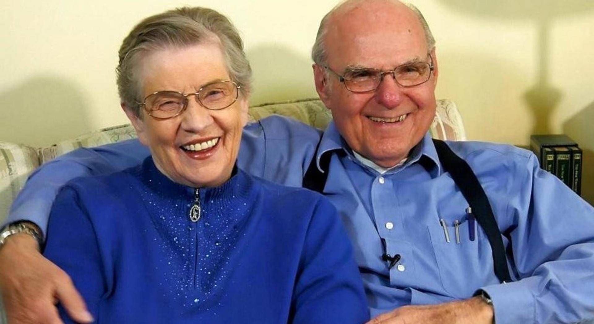 LaVonne Moore, abrazada por su marido, tiene implantado un marcapaso cerebral