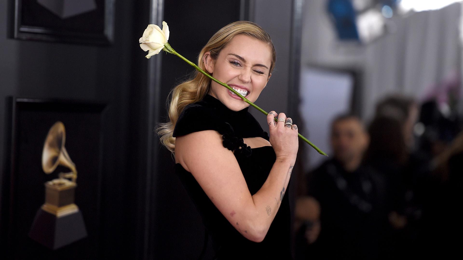 Miley Cirus de negro en los Emmys se unió al movimiento que vela por los derechos de la mujer( Jamie McCarthy, Getty Images)