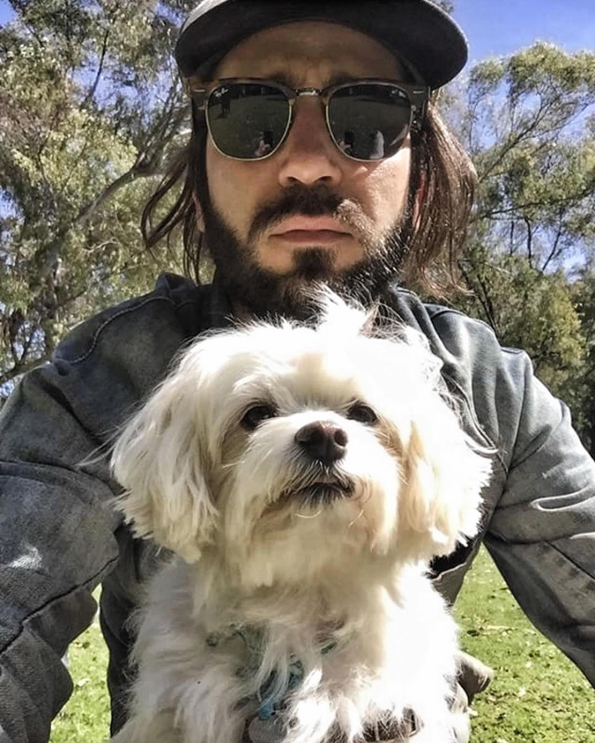 """Francisco con Romeo, el perro de Eugenia. """"Fran y Romeo se están haciendo amigos 😊!! Por él y para él la mejor vida de perros con @lamanada GRACIAS Fran 🙌🏼❤️😘"""", escribió la actriz junto a la imagen"""