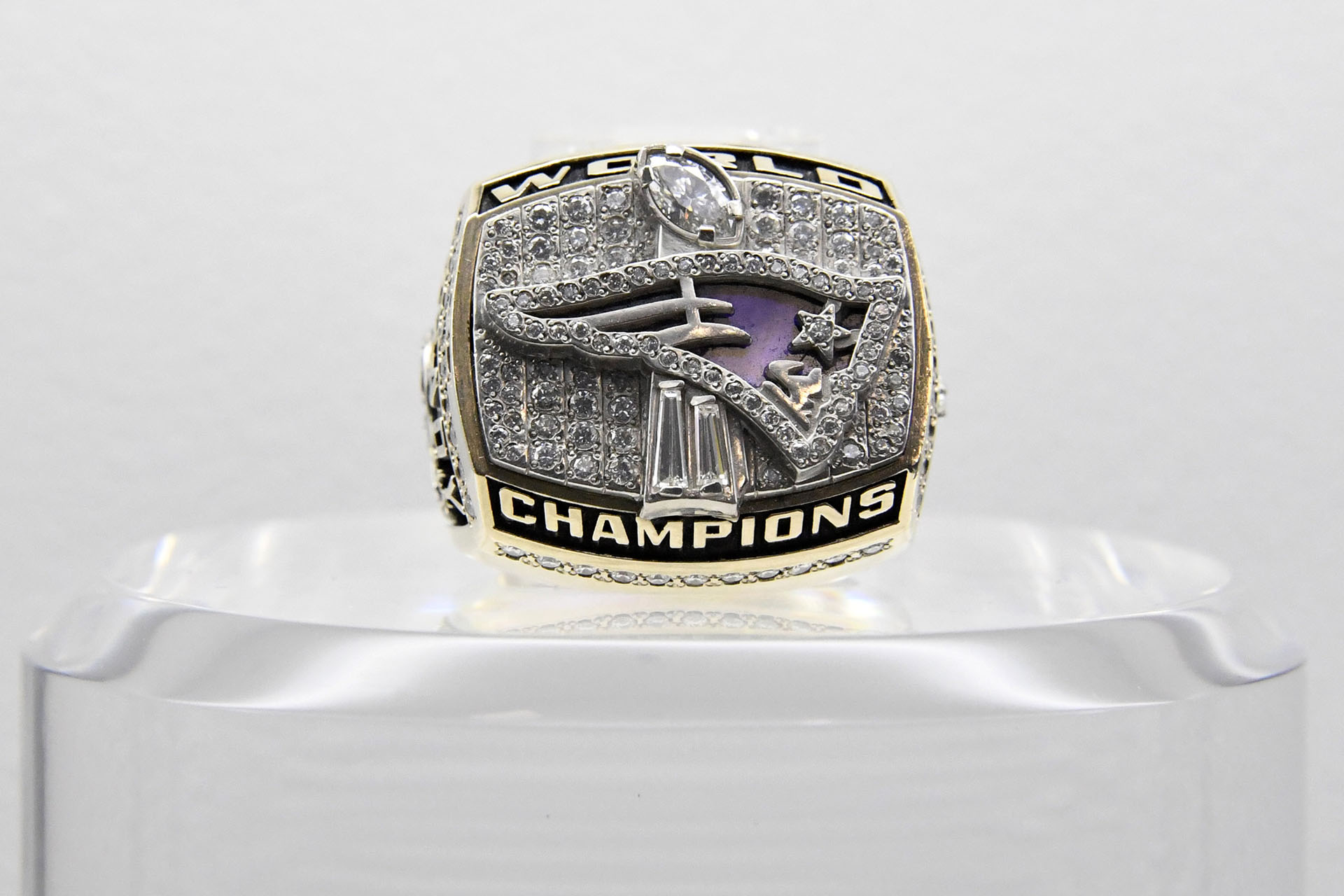 El anillo del Super Bowl XXXVI recuerda al triunfo de los New England Patriots 20-17 sobre los St. Louis Rams en el Superdome de New Orleans en 2002