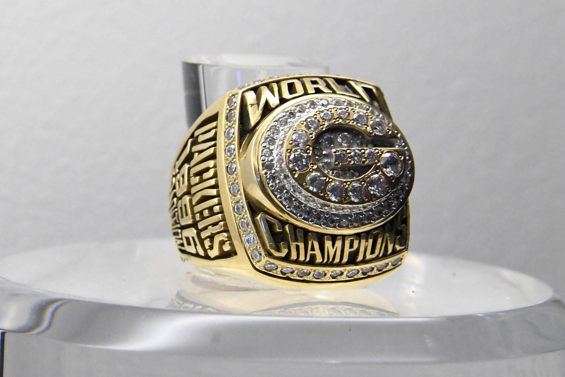 El anillo que recuerda a los Green Bay Packers que en 1997 vencieron a los New England Patriots por 35 a 21 y se quedaron con el Super Bowl XXXI