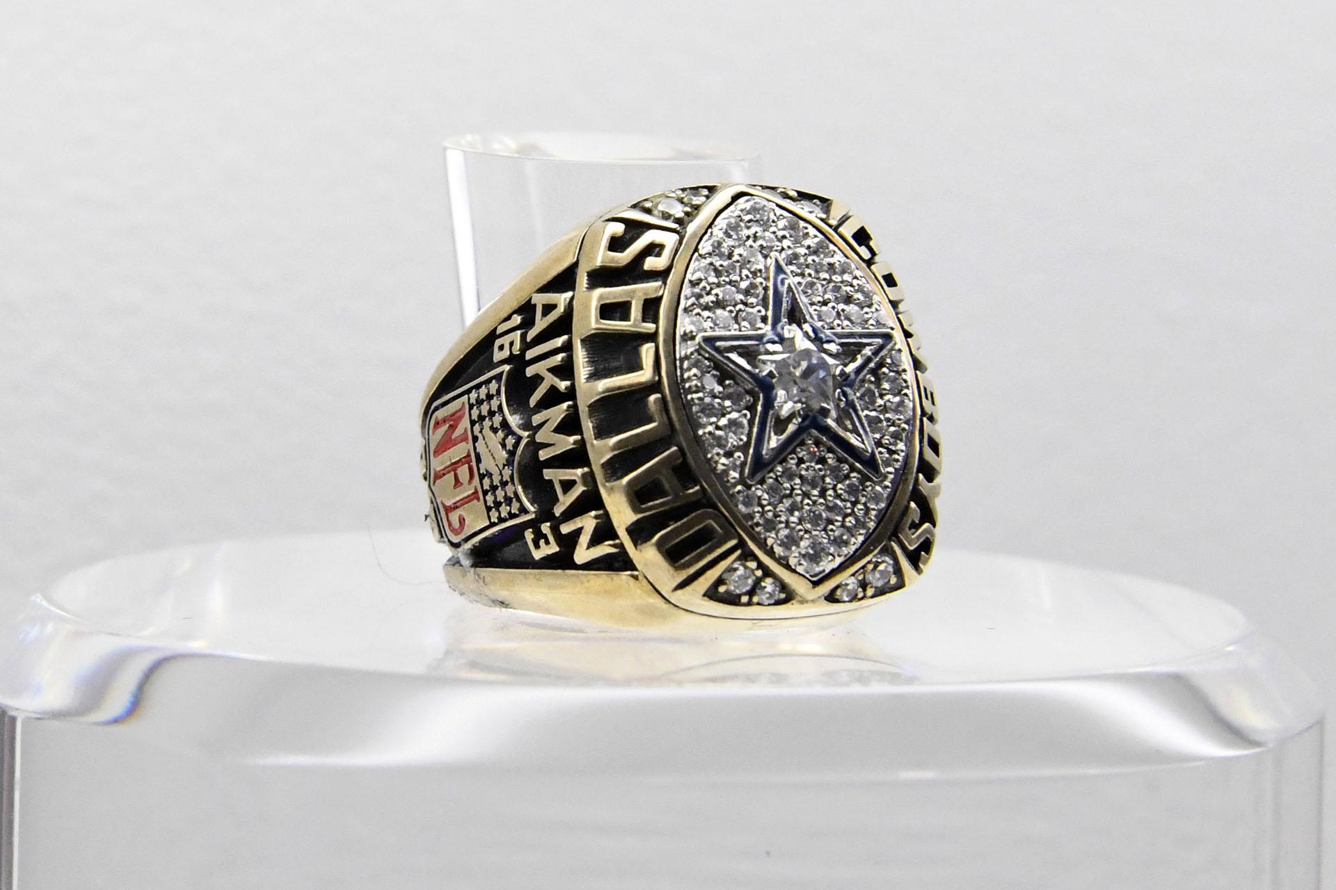 El anillo que conmemora a los ganadores del Super Bowl XXVII, disputado en 1993 en el Rose Bowl de Pasadena, California. Los Dallas Cowboys superaron 52-17 a los Buffalo Bills