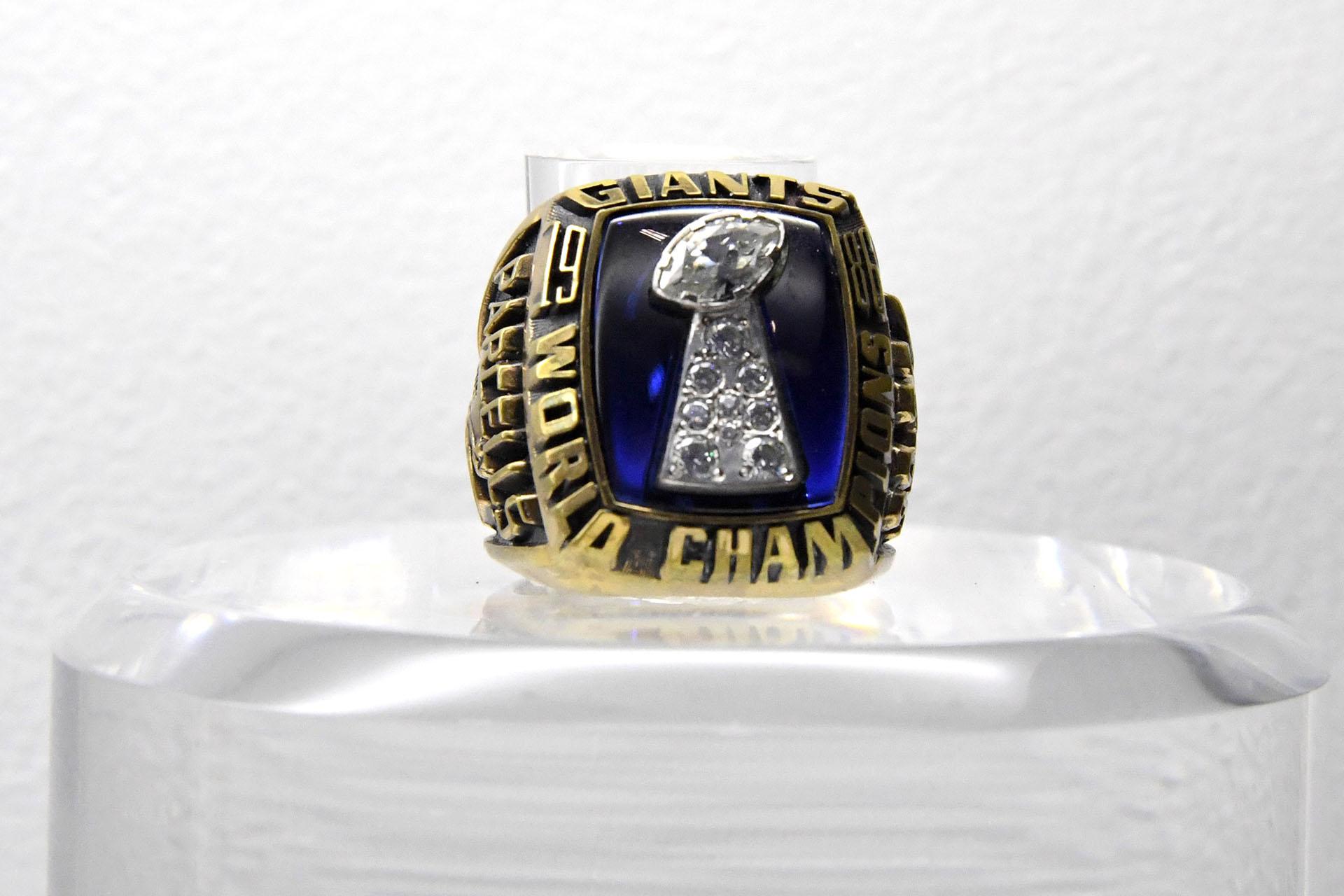 El anillo del Super Bowl XXI conmemora a los New York Giants que vencieron 39 a 20 a los Denver Broncos en el Rose Bowl de Pasadena, California en 1987