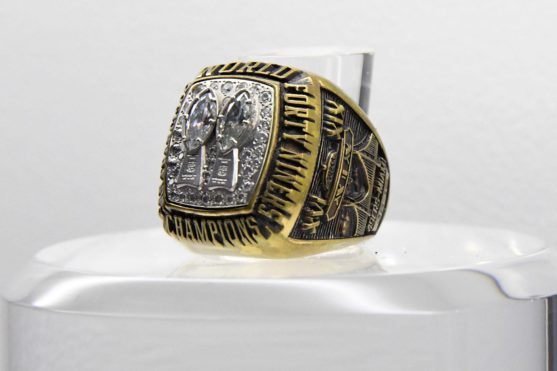 En 1985 el Super Bowl XIX se celebró en el Stanford Stadium en California y el anillo fue para los San Francisco 49ers que le ganaron 38 a 16 a los Miami Dolphins