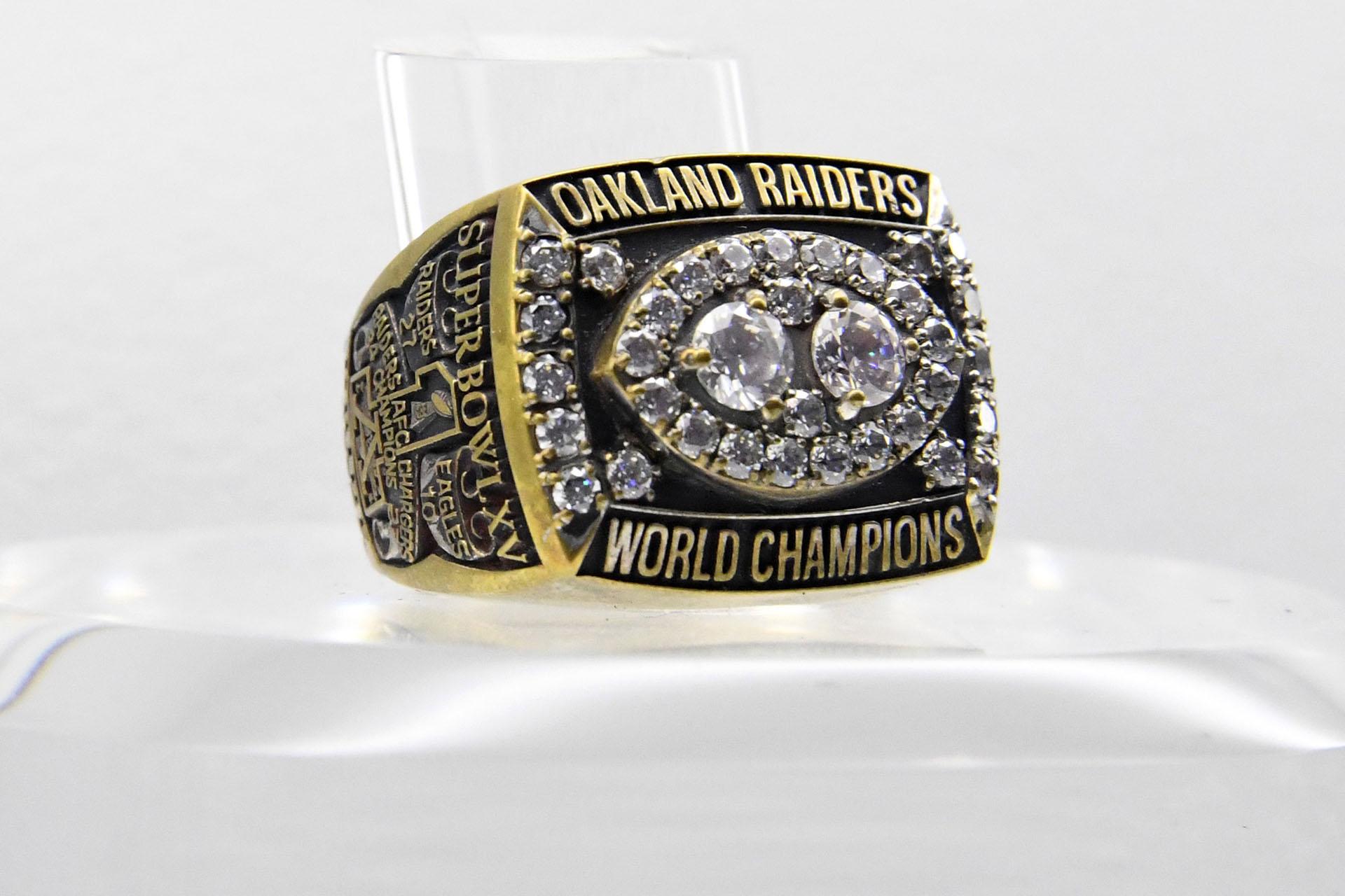 El anillo del Super Bowl XV disputado en 1981 fue para los Oakland Raiders que se impusieron 27-10 ante losPhiladelphia Eagles en el Superdome deNew Orleans