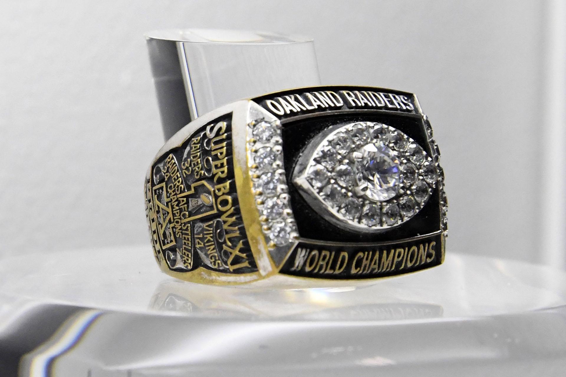 Los Oakland Raiders le ganaron 32 a 14 a Minnesota Vikings en el Rose Bowl de Pasadena, California en 1977 y obtuvieron el anillo del Super Bowl XI