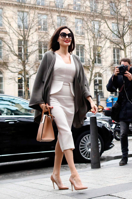 Sofisticada y elegantísima, así llegó Angelina Jolie al encuentro con Brigitte Macron. La intérprete provenía de Jordania, una visita que realizó con motivo de su cargo como embajadora del Alto Comisionado de Naciones Unidas para los Refugiados