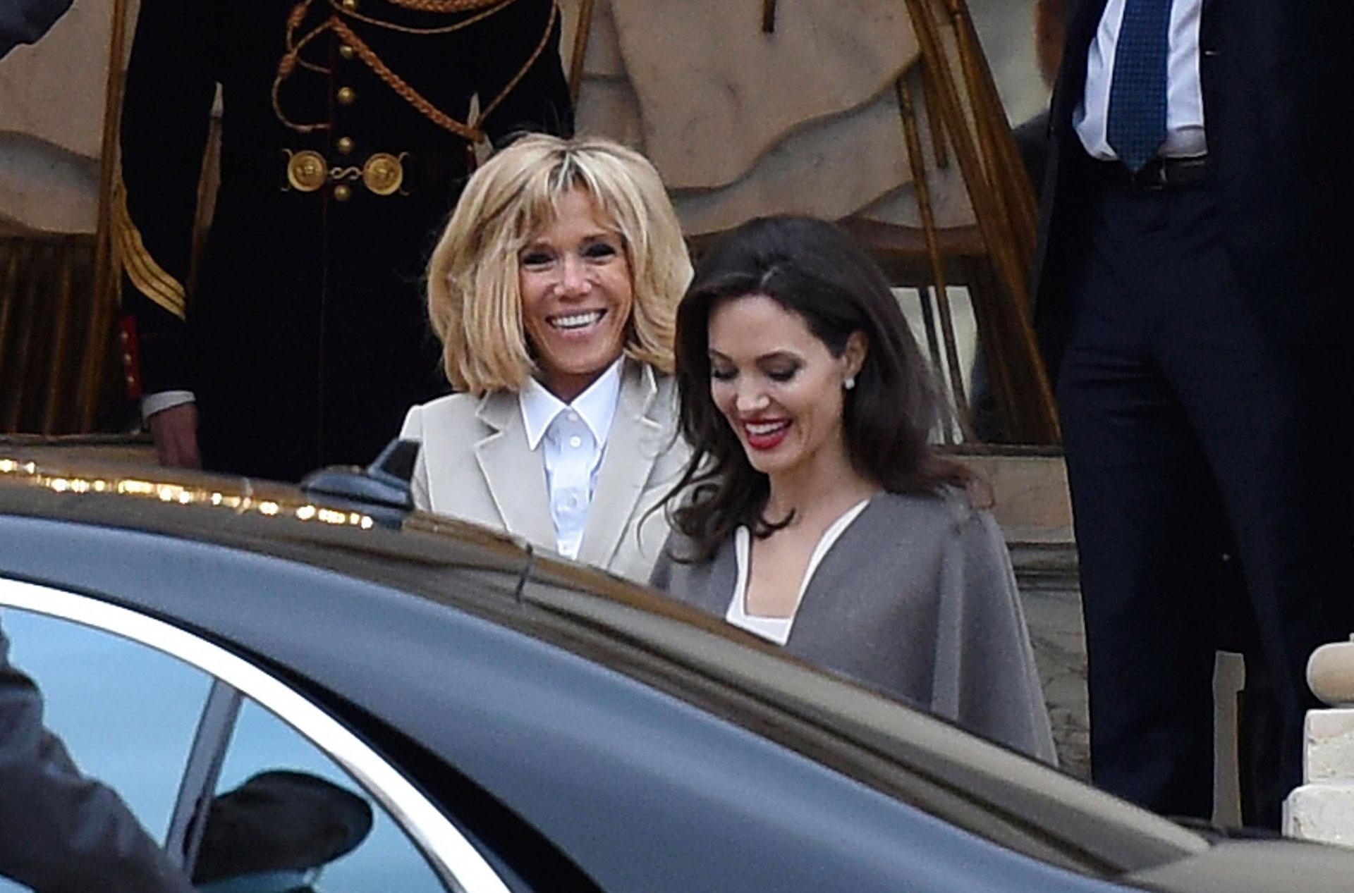 Brigitte Macron despidió a Angelina Jolie en la entrada del Elíseo y la acompañó hasta el auto. Ambas se saludaron afectuosamente y con una gran sonrisa /// Fotos: Grosby Group