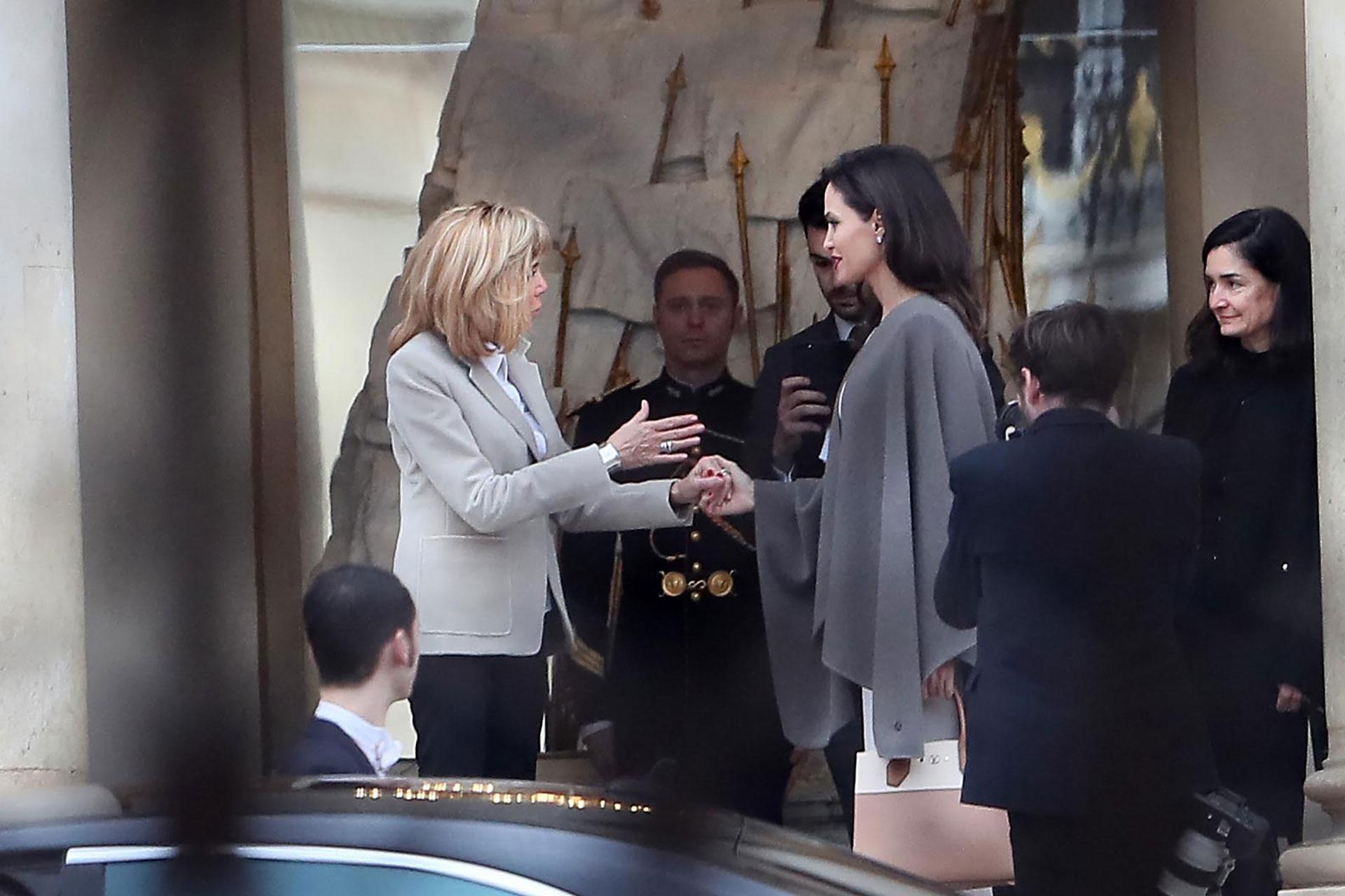 Angelina Jolie aterrizó en París en compañía de sus hijos, junto a quienes recorrió la ciudad. Más tarde, asistió al encuentro con Brigitte Macron, con quien conversó sobre violencia de género y temas relacionados con la educación
