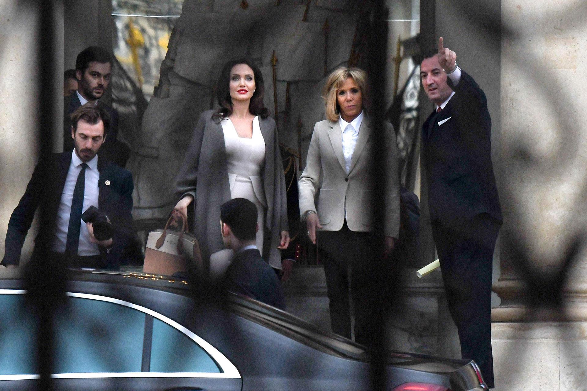Fiel a su estilo, Brigitte Macron se decantó por un estilismo formal pero moderno