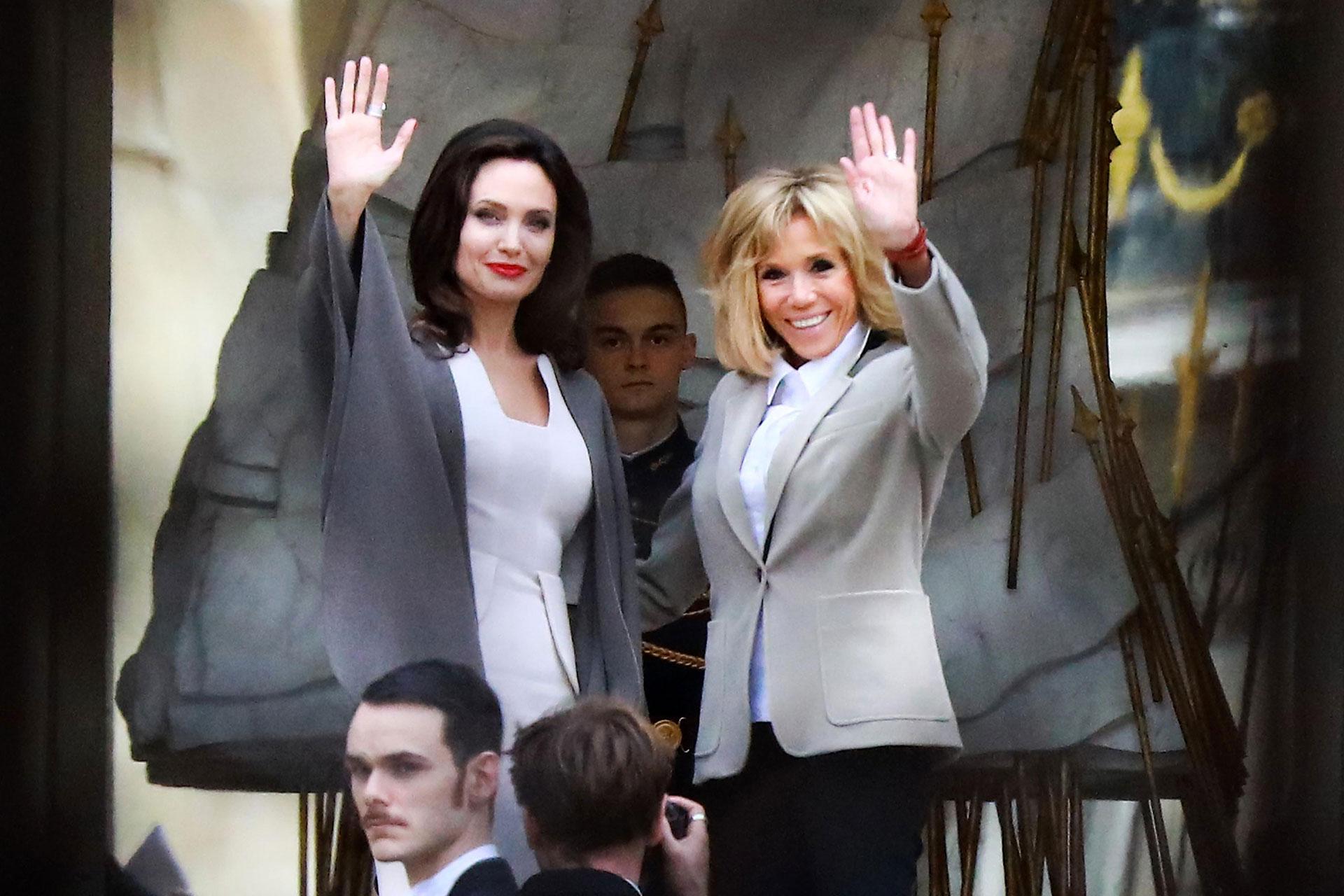 La actriz estadounidense y la Primera Dama de Francia saludaron a las cientos de personas que se acercaron a tomarles fotos en la entrada al Elíseo