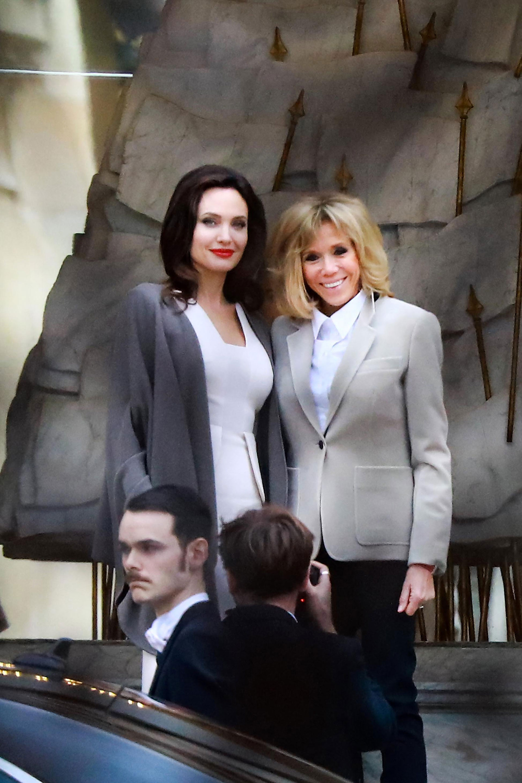 La Primera Dama de Francia eligió una camisa blanca clásica, que acompañó con un blazer gris con grandes bolsillos y pantalones oscuros