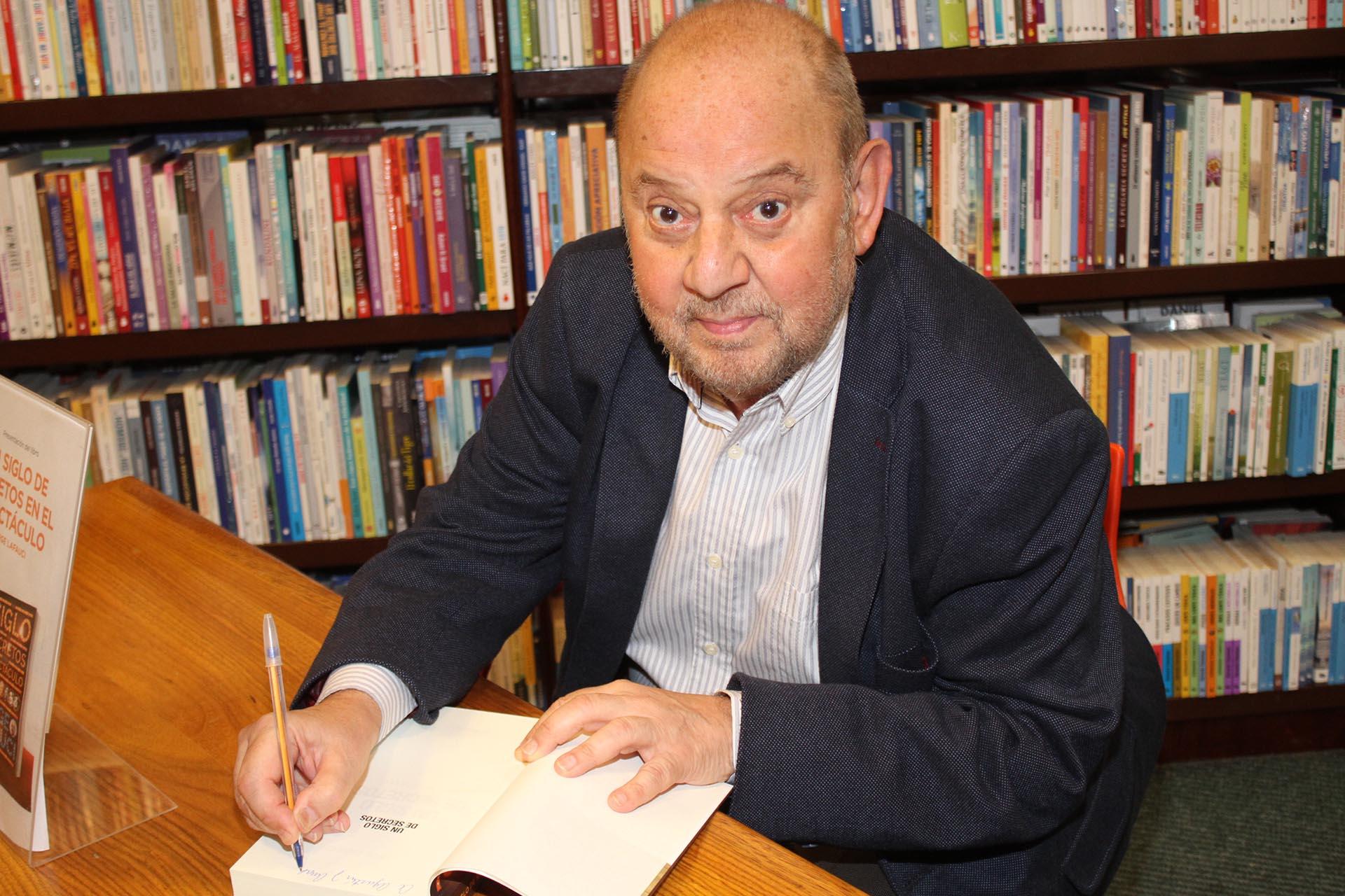 Jorge Lafauci firmando un ejemplar de su libro