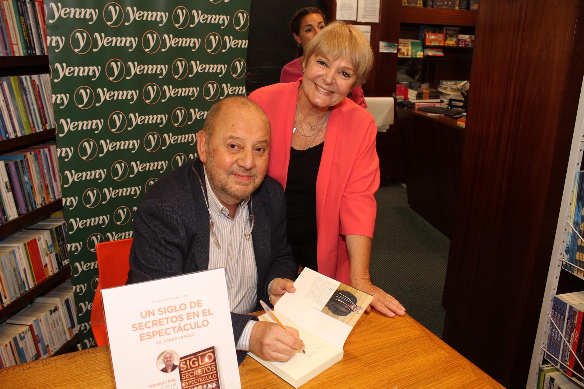 Jorge Lafauci dedicándole el libro a Claudia Lapacó