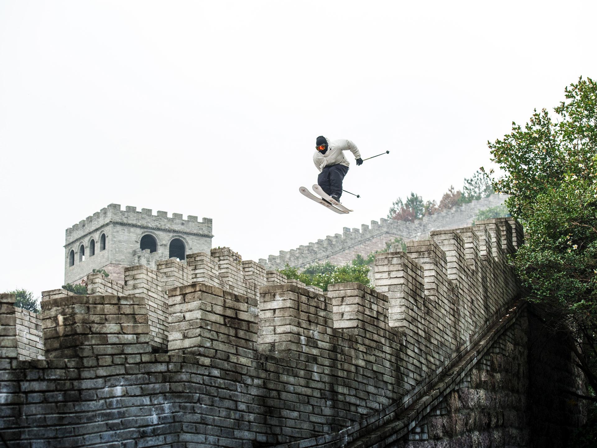 Una de las acciones más impactantes del freerider: saltos y maniobras en la Gran Muralla China.