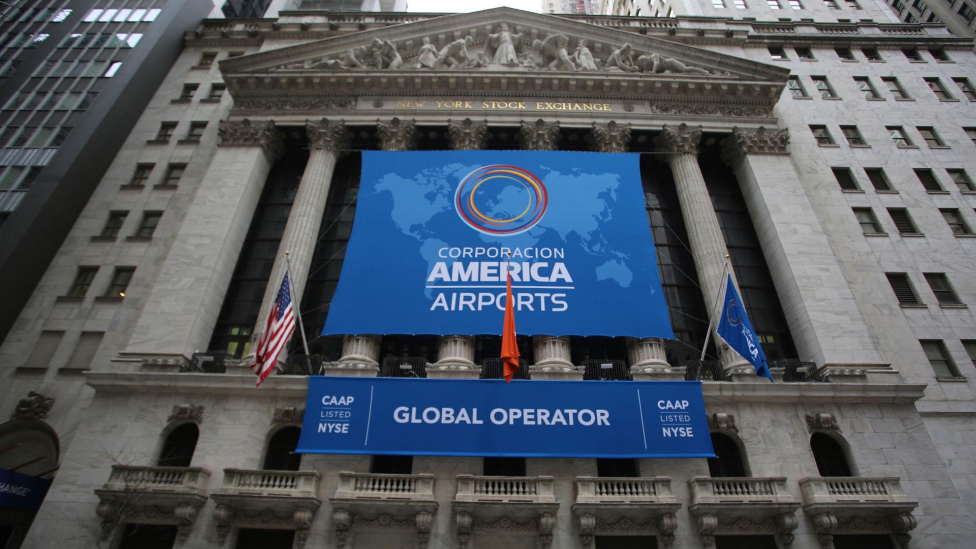 La tradicional fachada con los banners que celebraban la llegada de Corporación America Airports a sus pizarras de cotización. (New York Stock Exchange, NYSE)