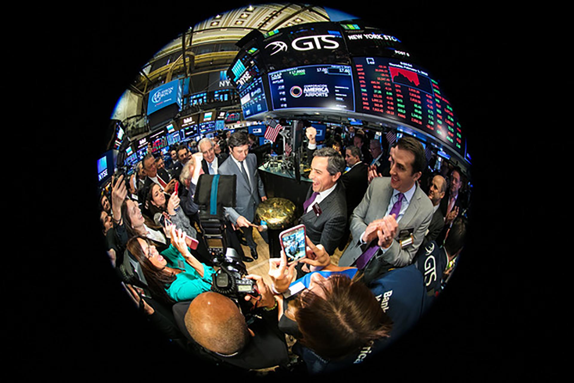 Ceremonia de toque de campana en el trading floor de la bolsa de valores de Nueva York.