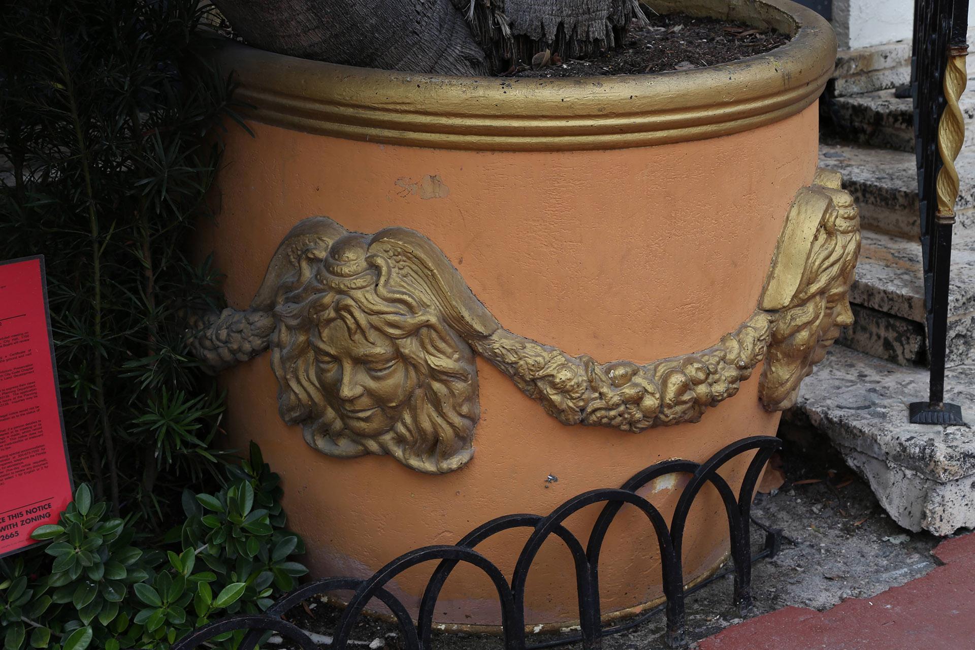 Medusa, repetida en una de las vasijas del jardín (Foto: Luis Fernández / Teleshow)