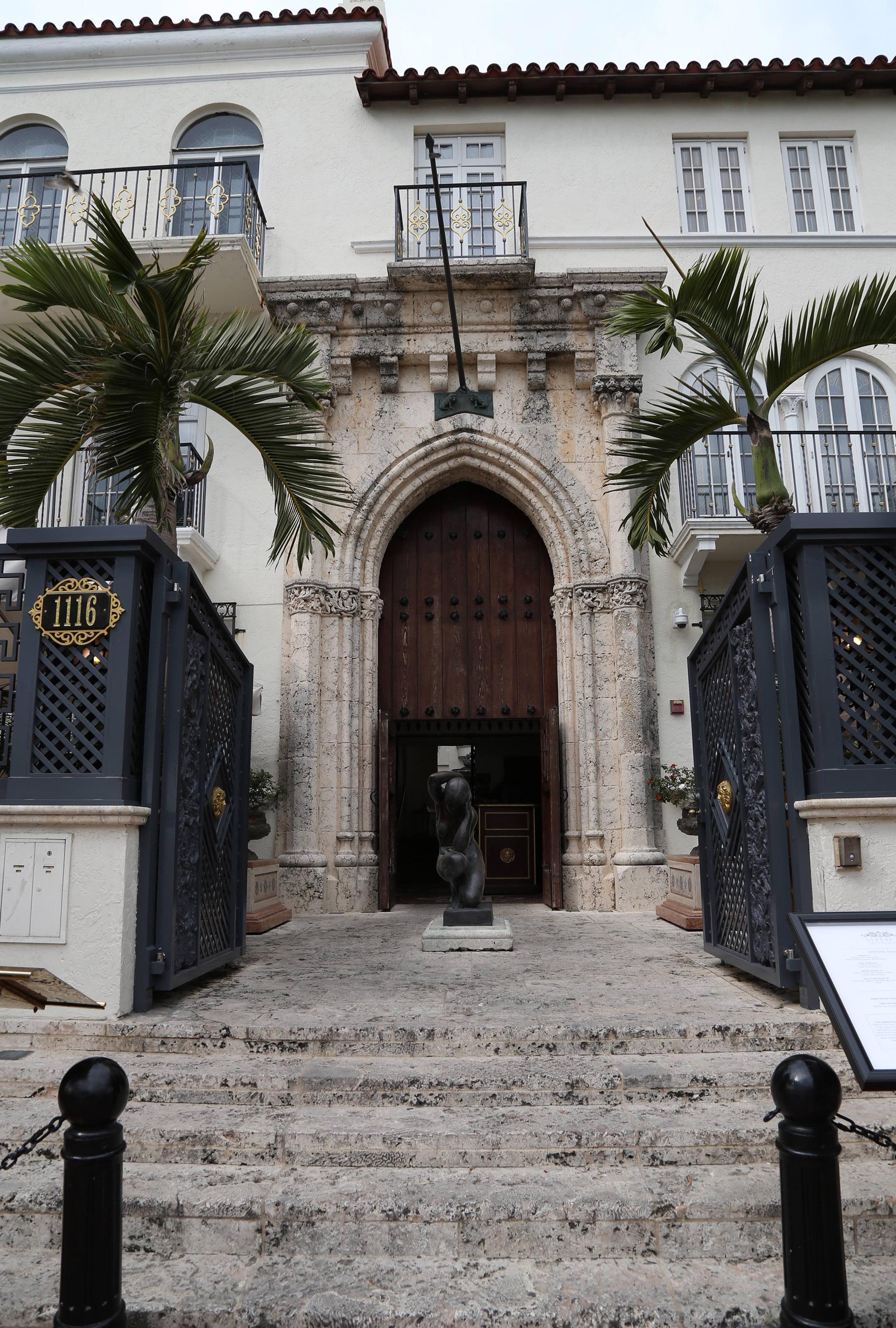 Con la puerta de hierro abierta de par en par: así se ve hoy la entrada de lo que fuera la mansión de Versace (Foto: Luis Fernández / Teleshow)