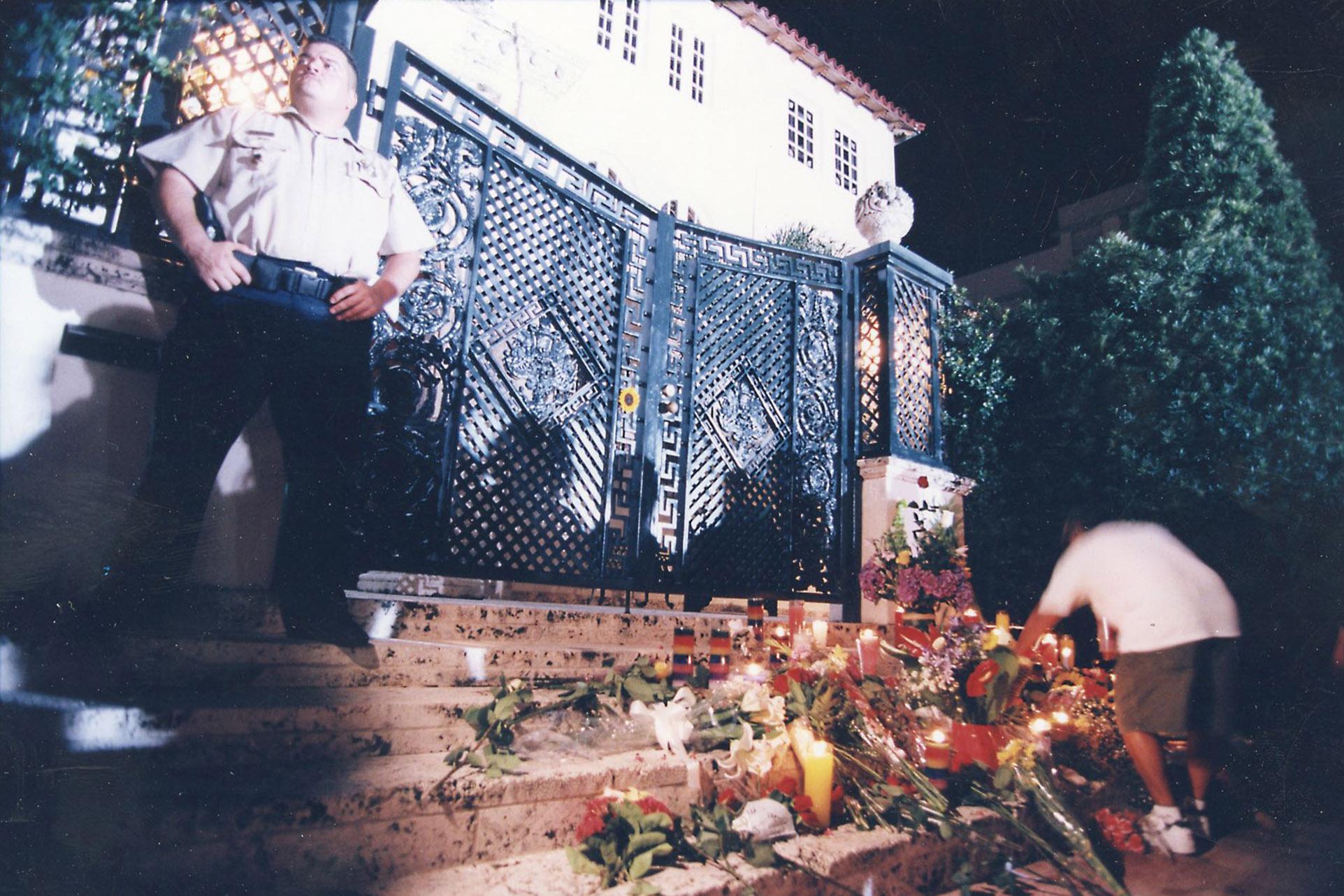 Horas después del crimen los admiradores de Versace acercaron distintas ofrendas (Fotos: Para Ti)