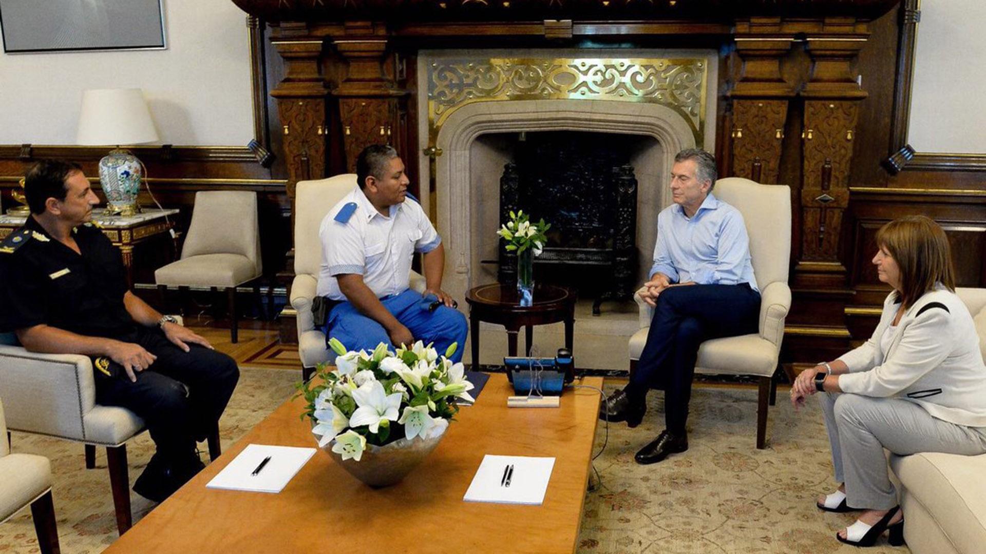 El presidente Mauricio Macri y la ministra de Seguridad Patricia Bullrich junto a Chocobar