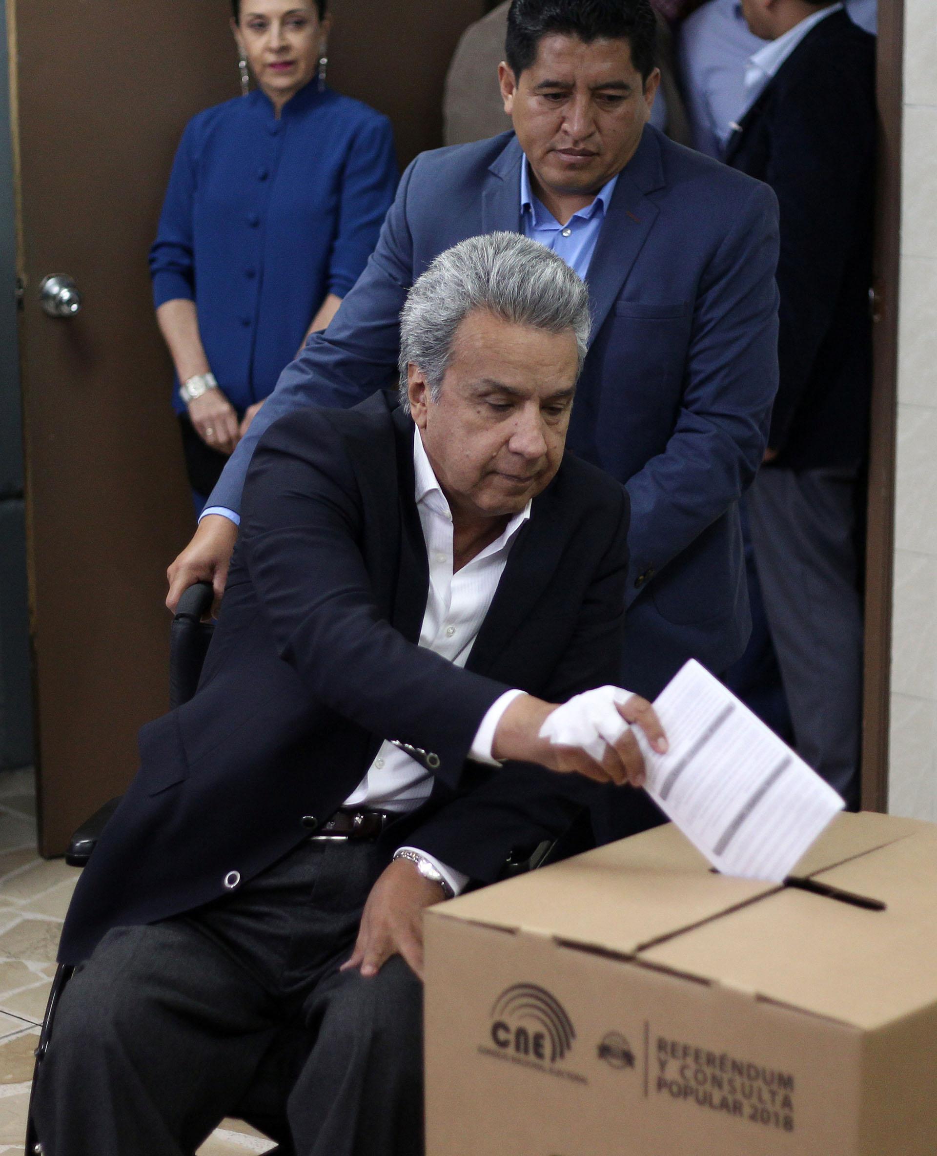 Lenín Moreno emite su voto durante el referéndum que enterró las aspiraciones presidenciales de Rafael Correa (REUTERS)
