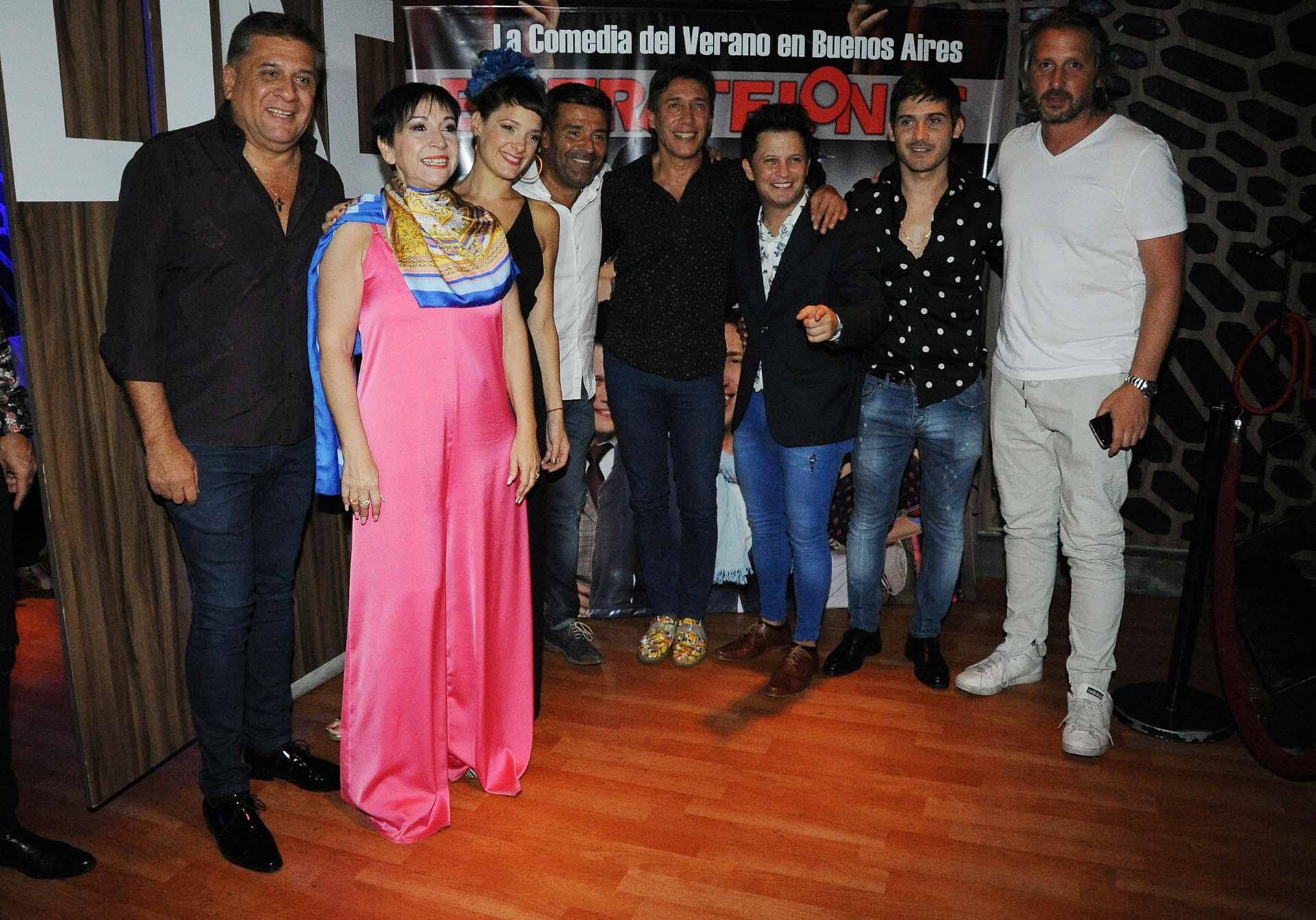 """Rodeado de amigos y abrazado con Fabián Gianola, protagonista de """"Entretelones"""" (Verónica Guerman / Teleshow)"""
