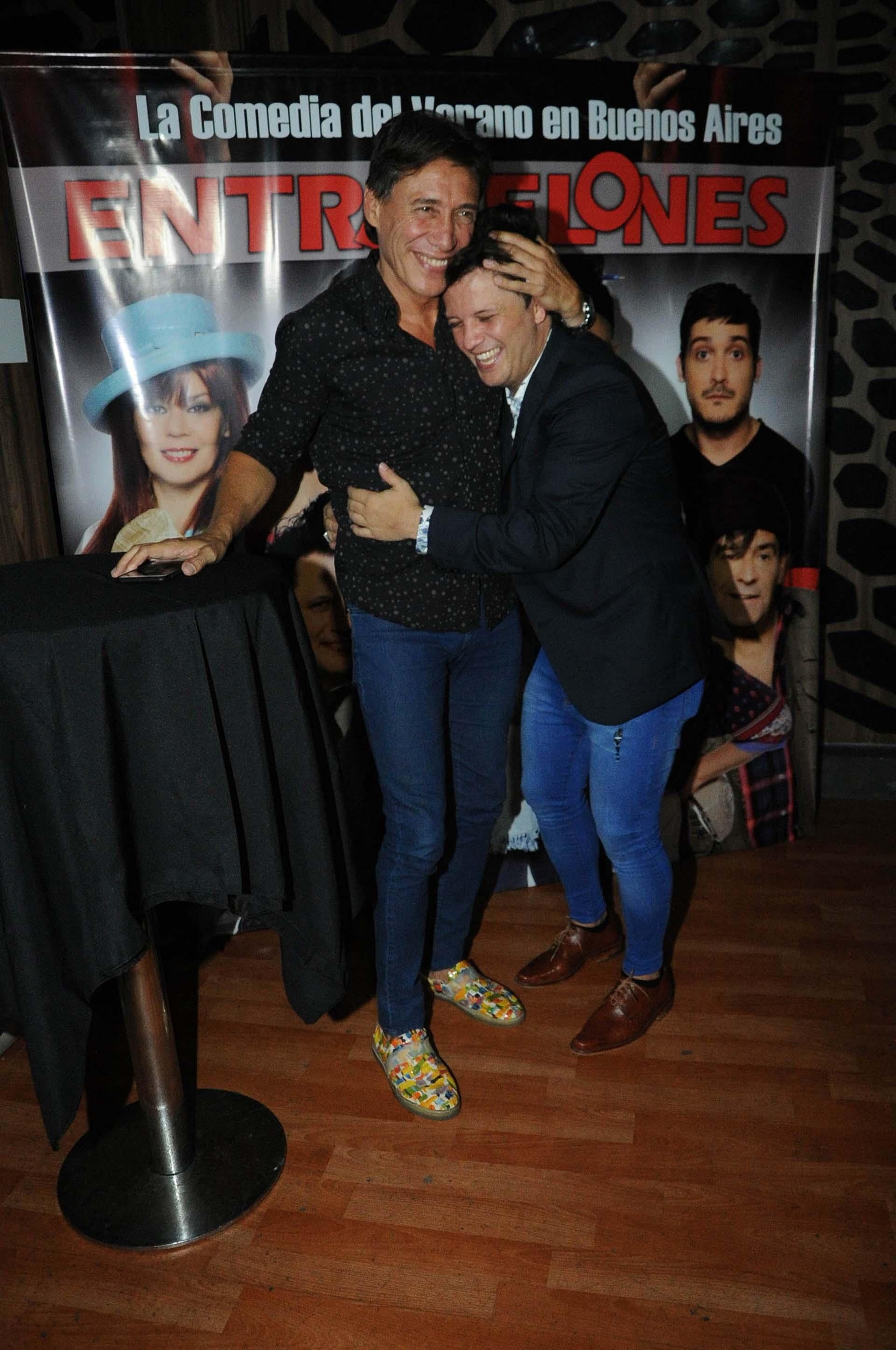 Risas y abrazos con su amigo y colega Fabián Gianola (Verónica Guerman / Teleshow)