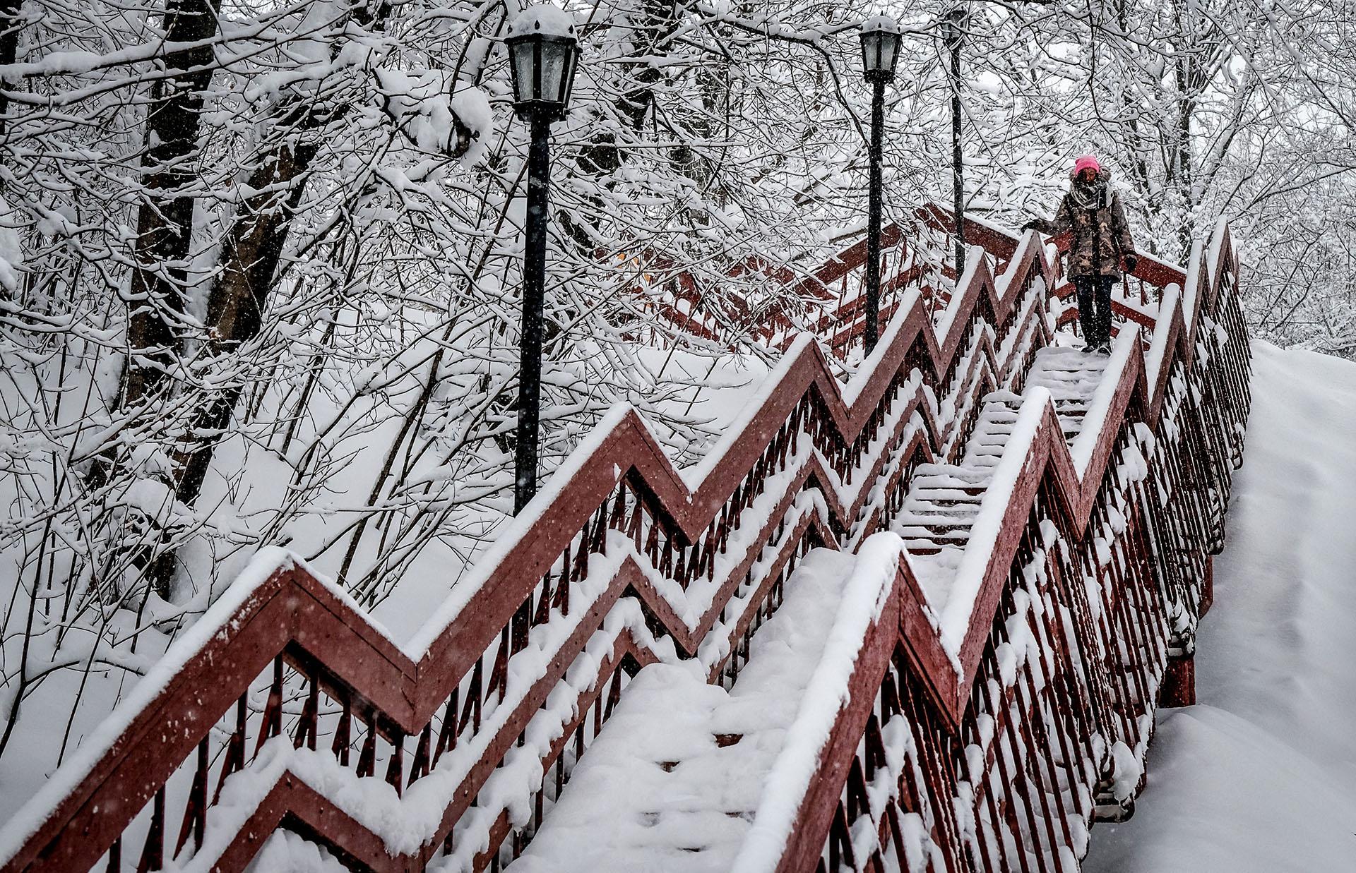 Una mujer baja las escaleras de la reserva Kolomenskoye