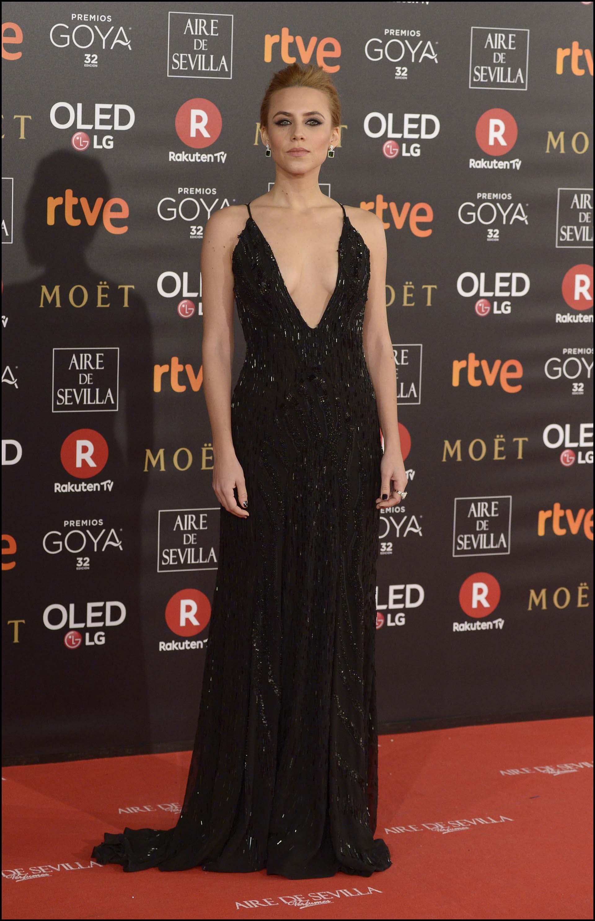 Aura Garrido se inclinó por el total black (hasta en las uñas) con canutillos borados, un escote pronunciado y un beauty look elegante.
