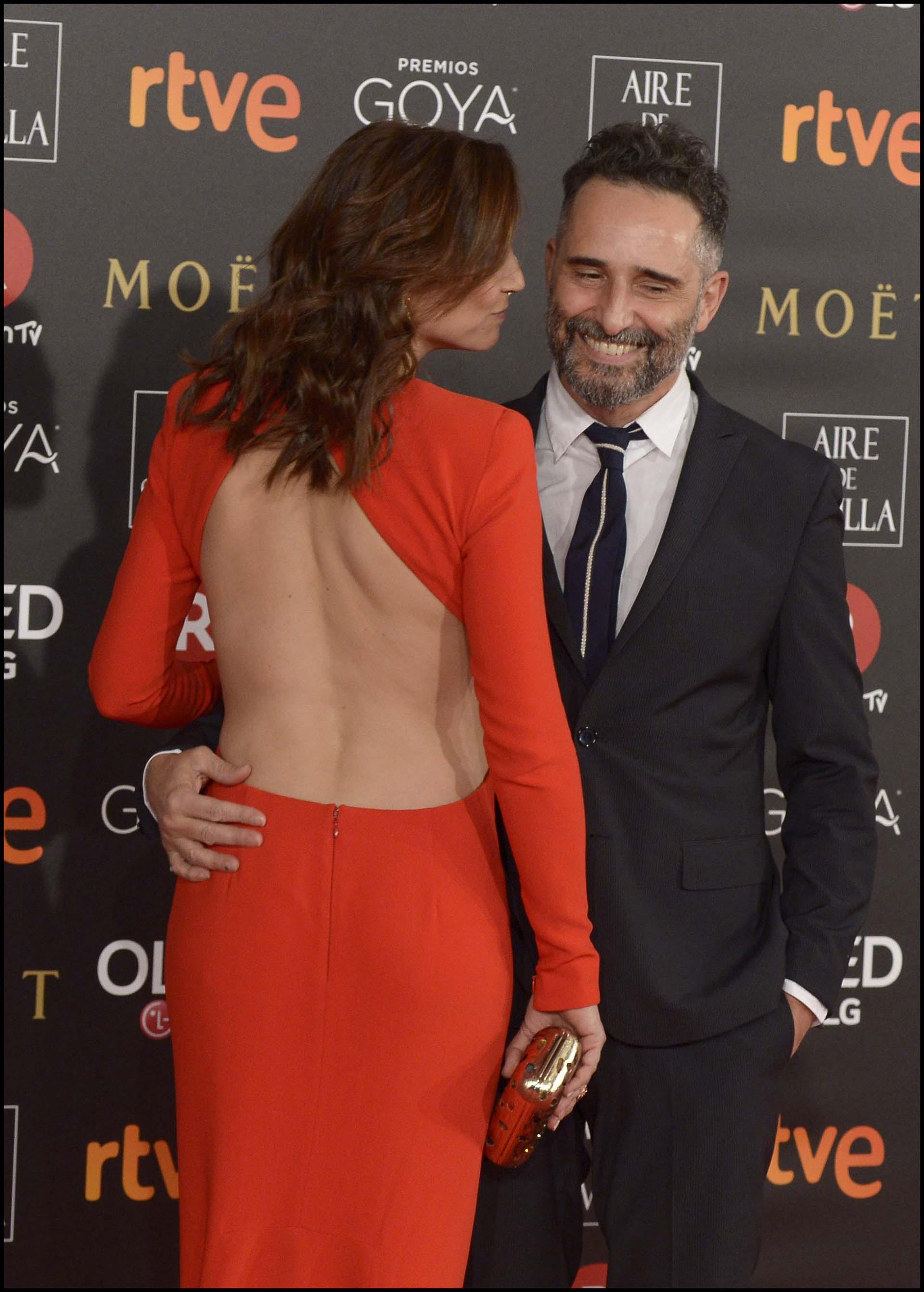 Leonor luciendo su espalda junto a Jorge Drexler