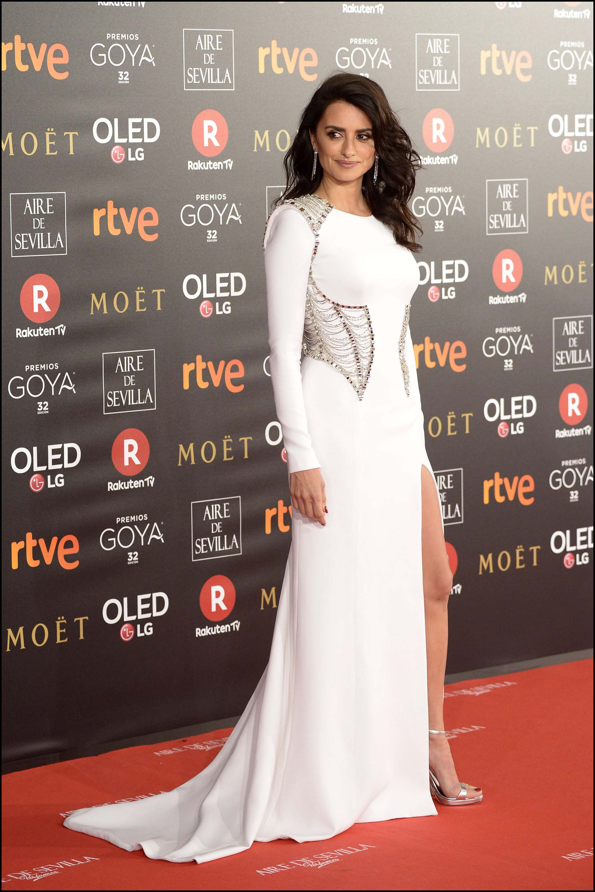 Penelope Cruz, la más elegante de la gala, con un diseño en total white de Atelier Versace. Con detalles metalizados en cintura y espalda, al igual que sus complementos.