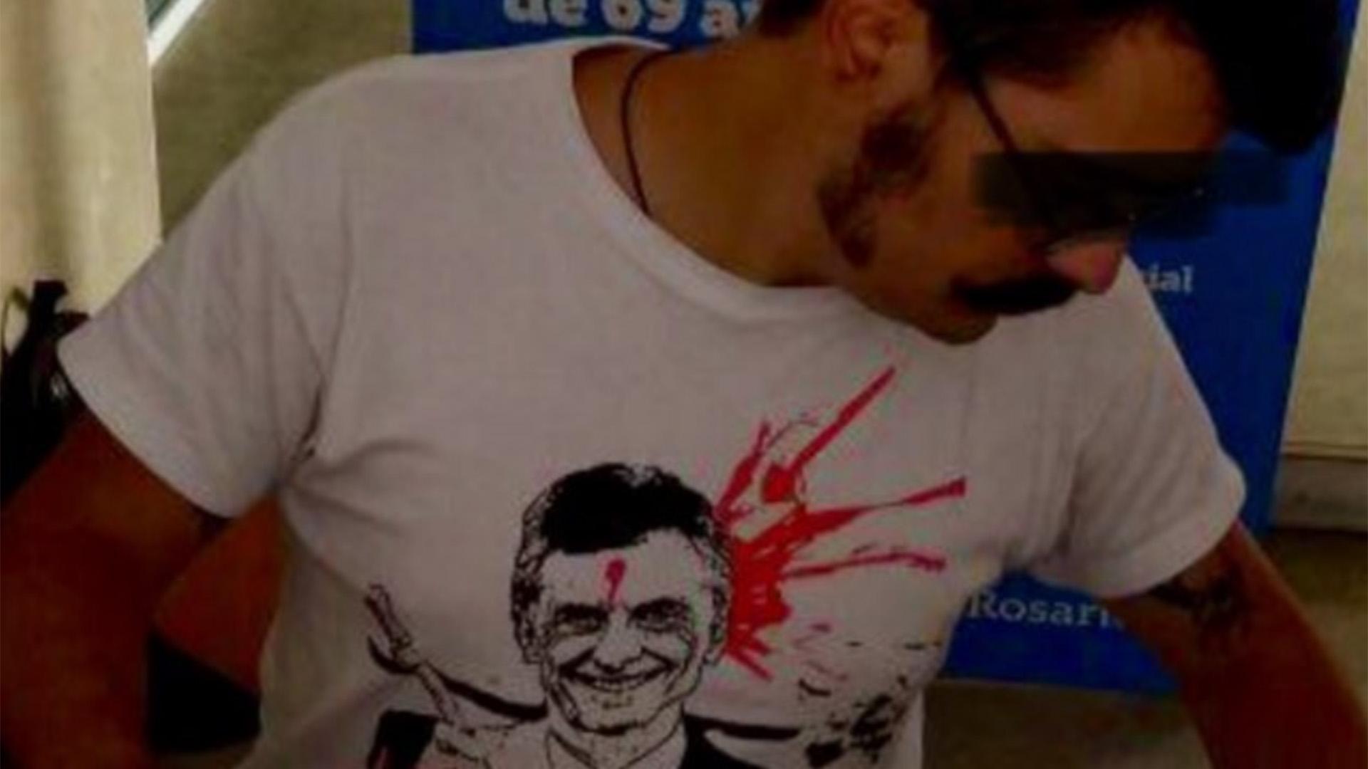 La foto del empleado municipal con la imagen de Mauricio Macri con un tiro en la frente.