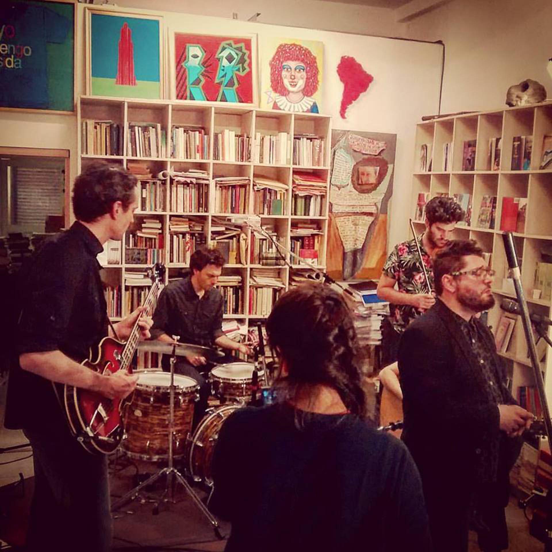 Super Siempre junto al pintor Alfredo Prior, el escritor Sergio Bizzio y el músico Alan Courtis
