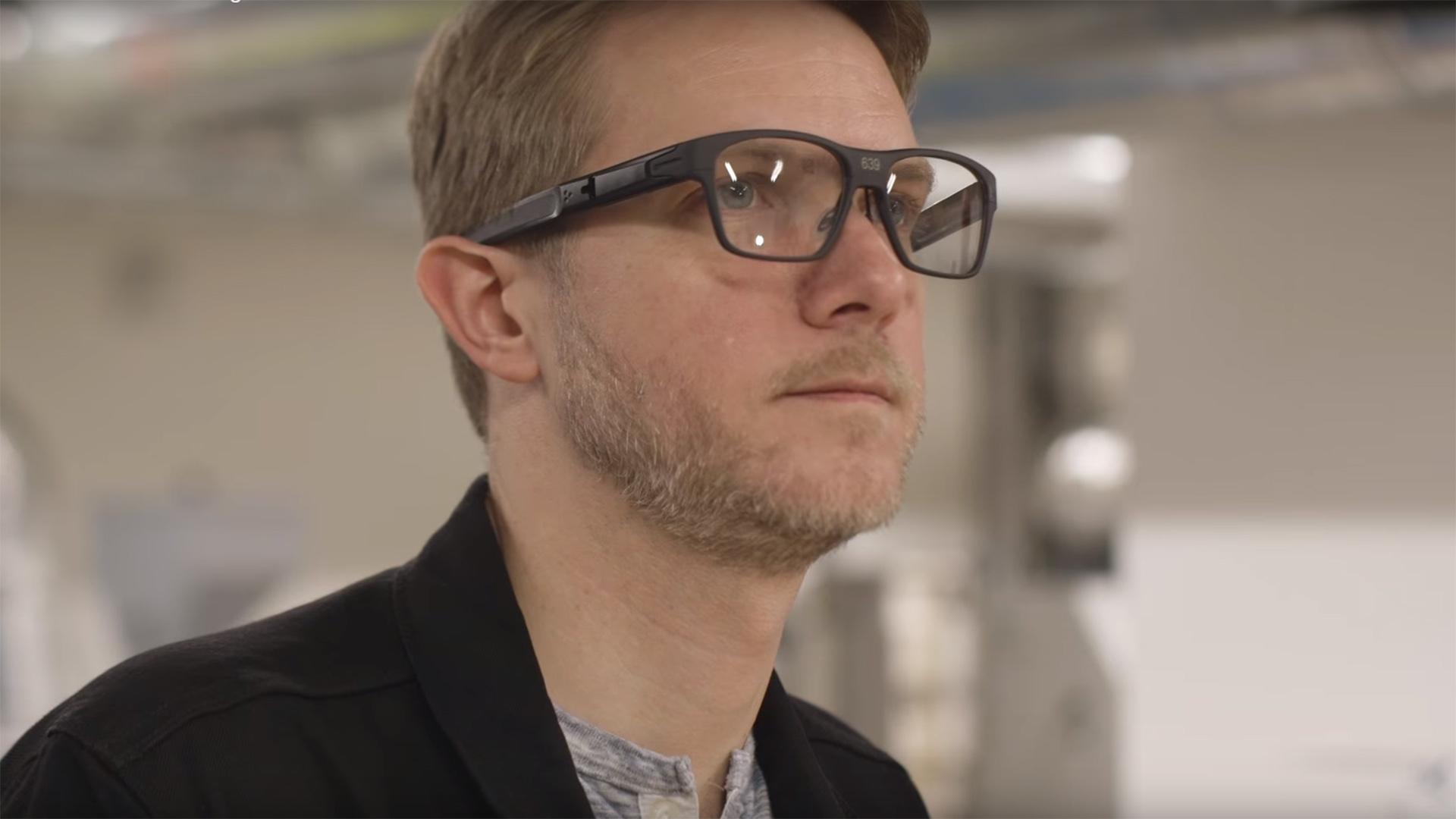 Las gafas cuentan con una cámara integrada que toma fotos y analiza información, puede dar detalles de animales, entornos, personas, ayudar a leer textos y traducirlos de inglés a español