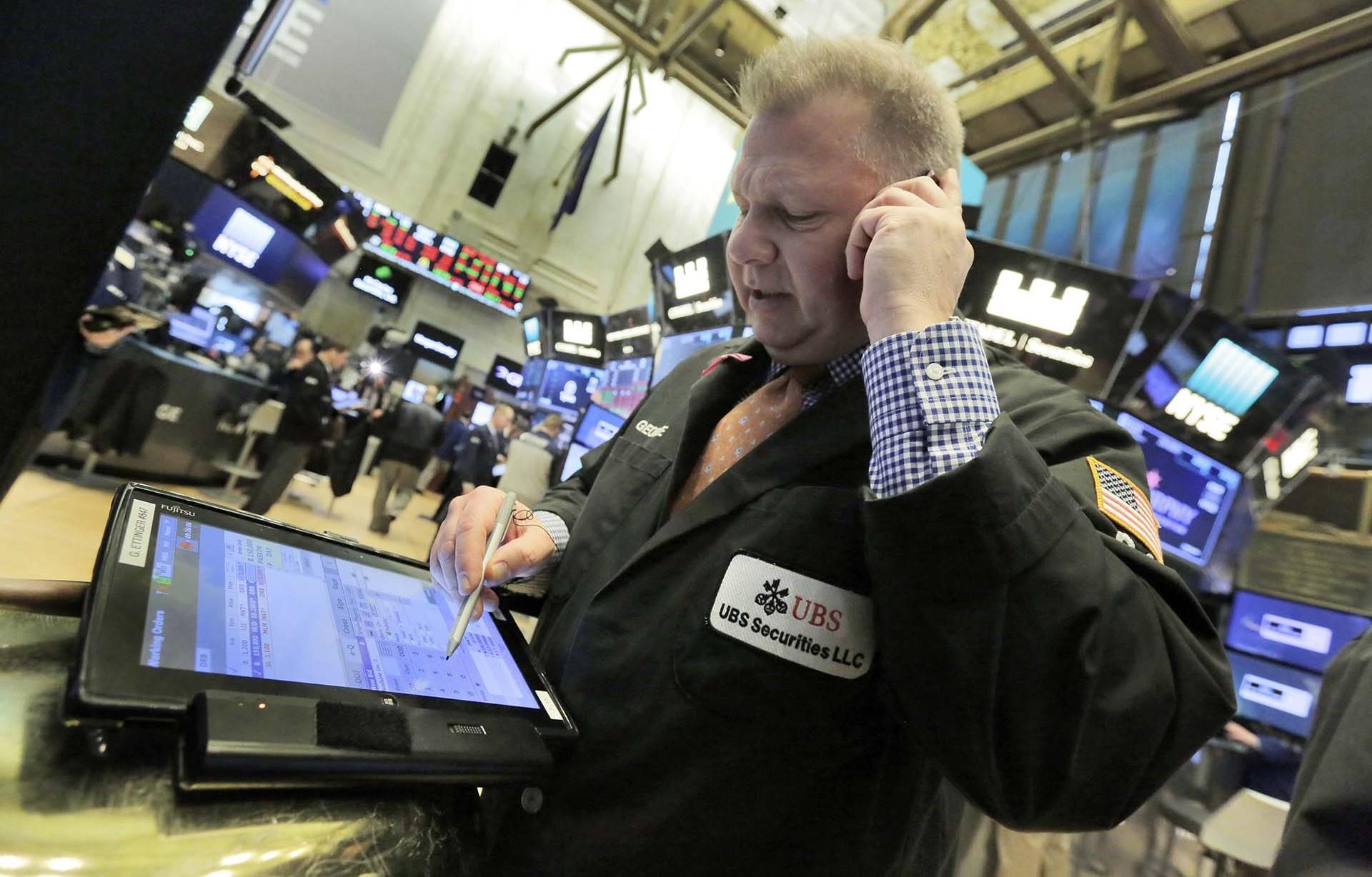 Los primordiales índices de Wall Street cayeron 0,7% en la semana. (AP)