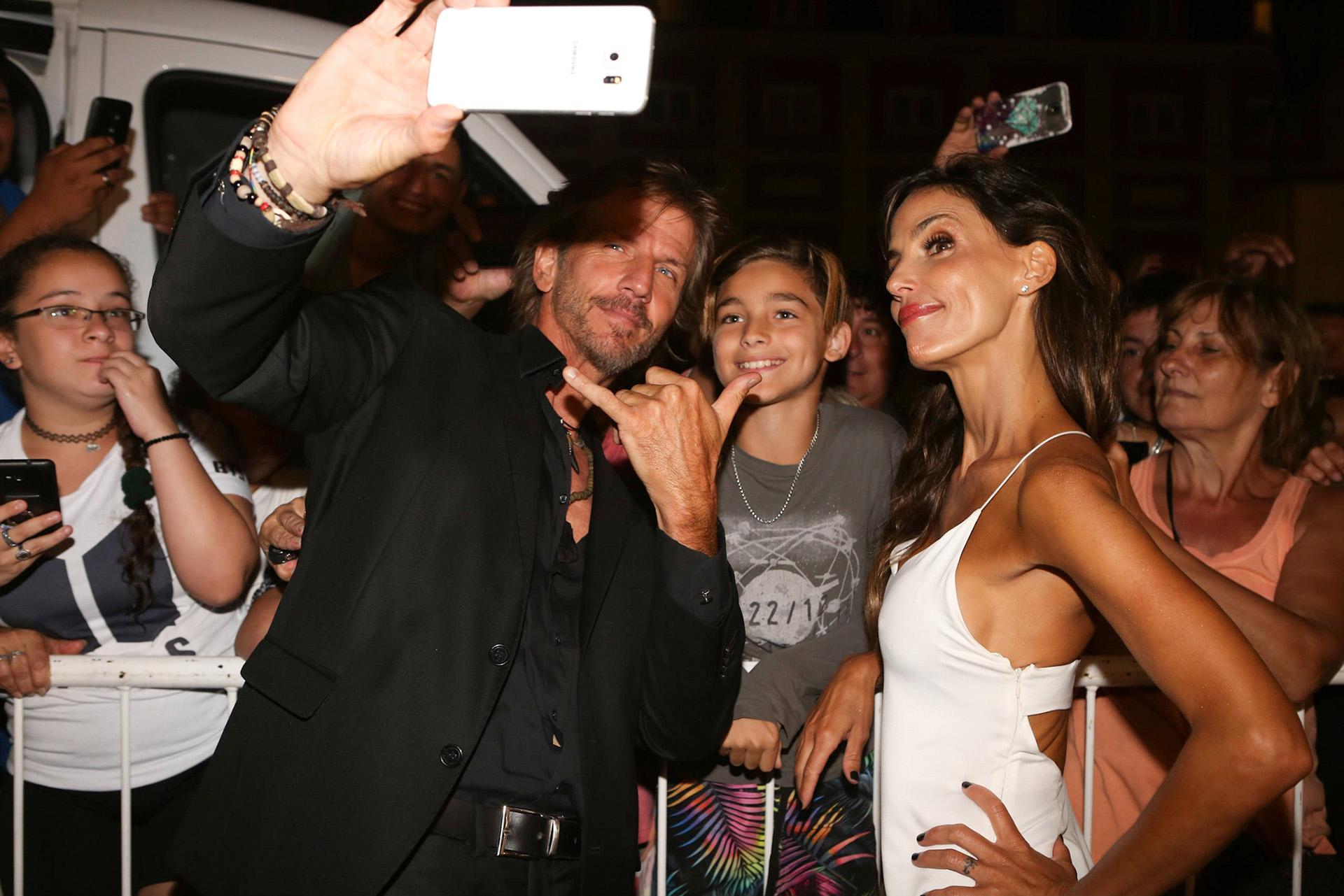 Facundo Arana y María Susini se sacan una selfie con sus fans