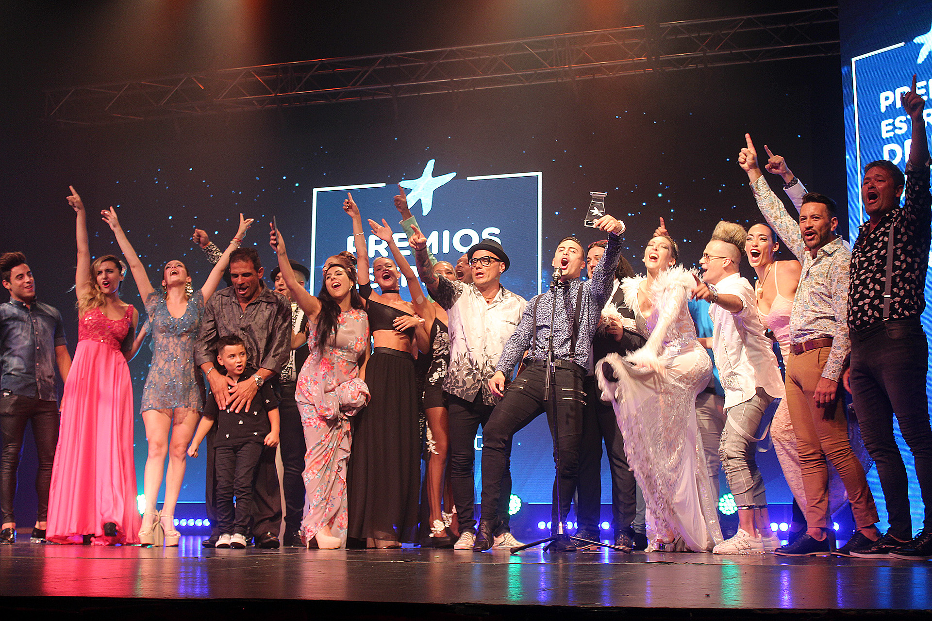 """El elenco de """"La revista está en el Victoria"""" festeja sobre el escenario"""