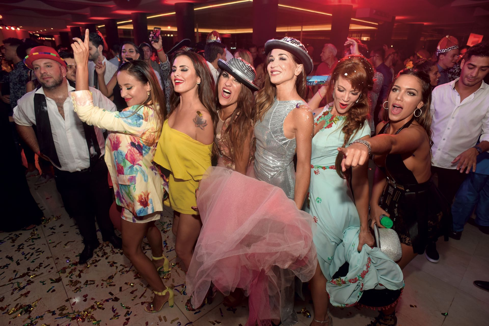 Lourdes Sánchez, Silvina Luna, Ana Belén Beas, Laura Bruni, Miriam Lanzoni y Rocío Robles bailaron juntas los hits de la banda de cumbia cordobesa Playmóvil.(Foto GENTE)