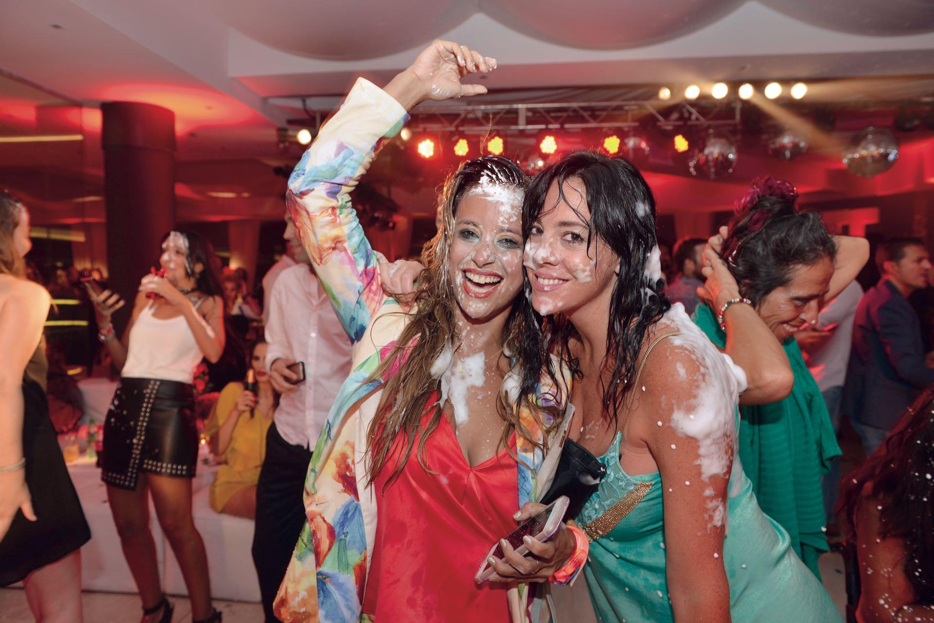 Así quedaron Lourdes y Gladys Ragona, productora de DABOPE, tras el Carnaval carioca. (Foto GENTE)