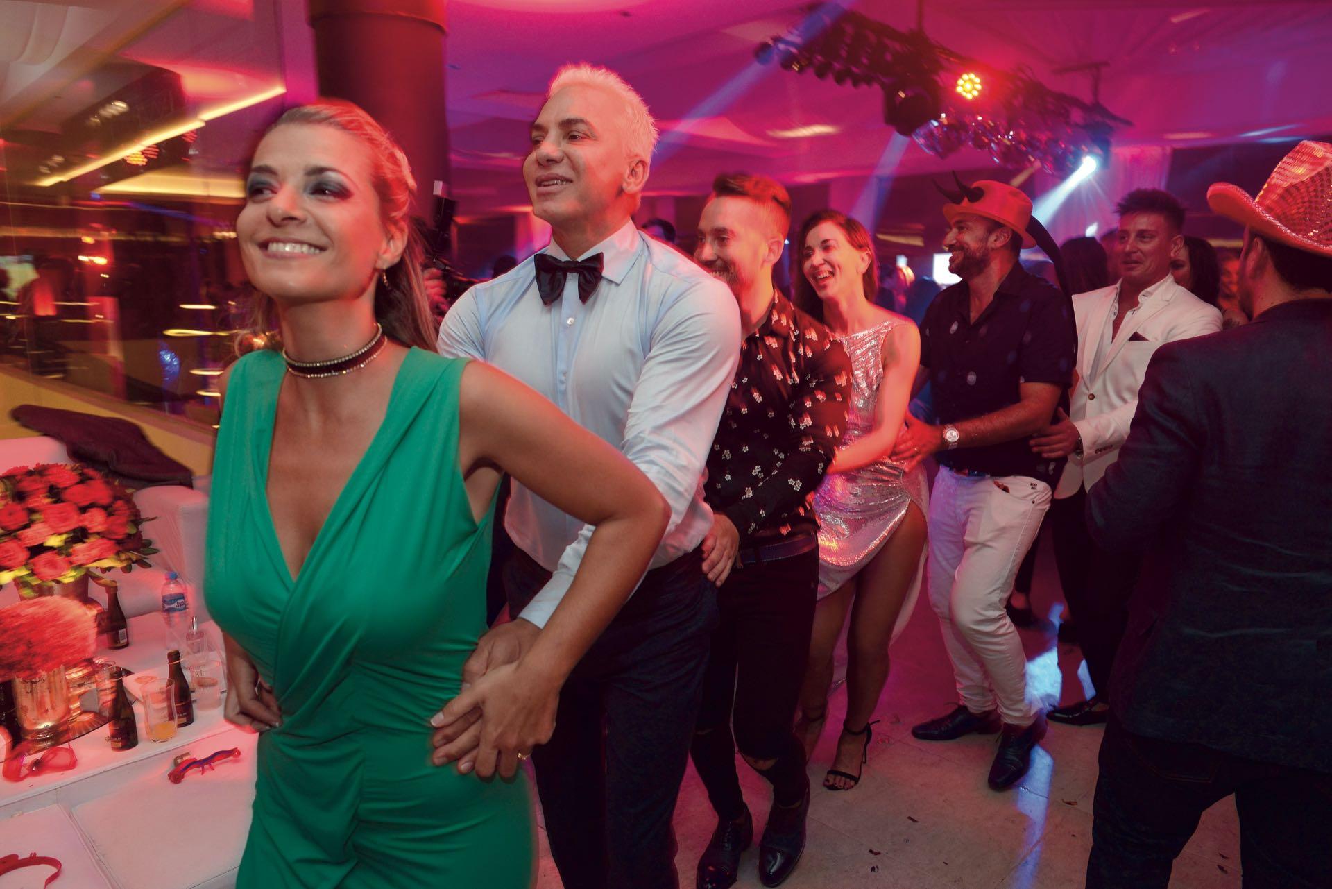 Flavio Mendoza en pleno trencito de la alegría junto a la mujer del humorista Oficial Gordillo, Soraya Mafud.(Foto GENTE)