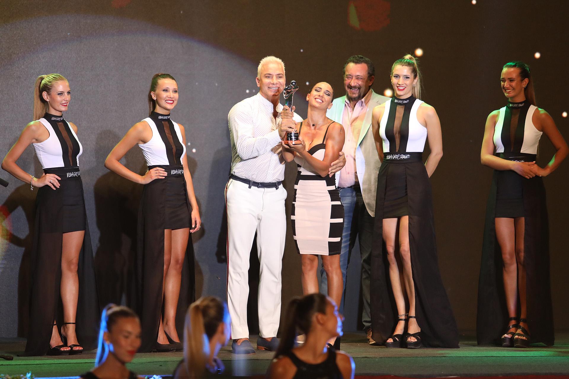 Cinthia Fernández también subió al escenario con Flavio Mendoza para recibir uno de los premios para Mahatma