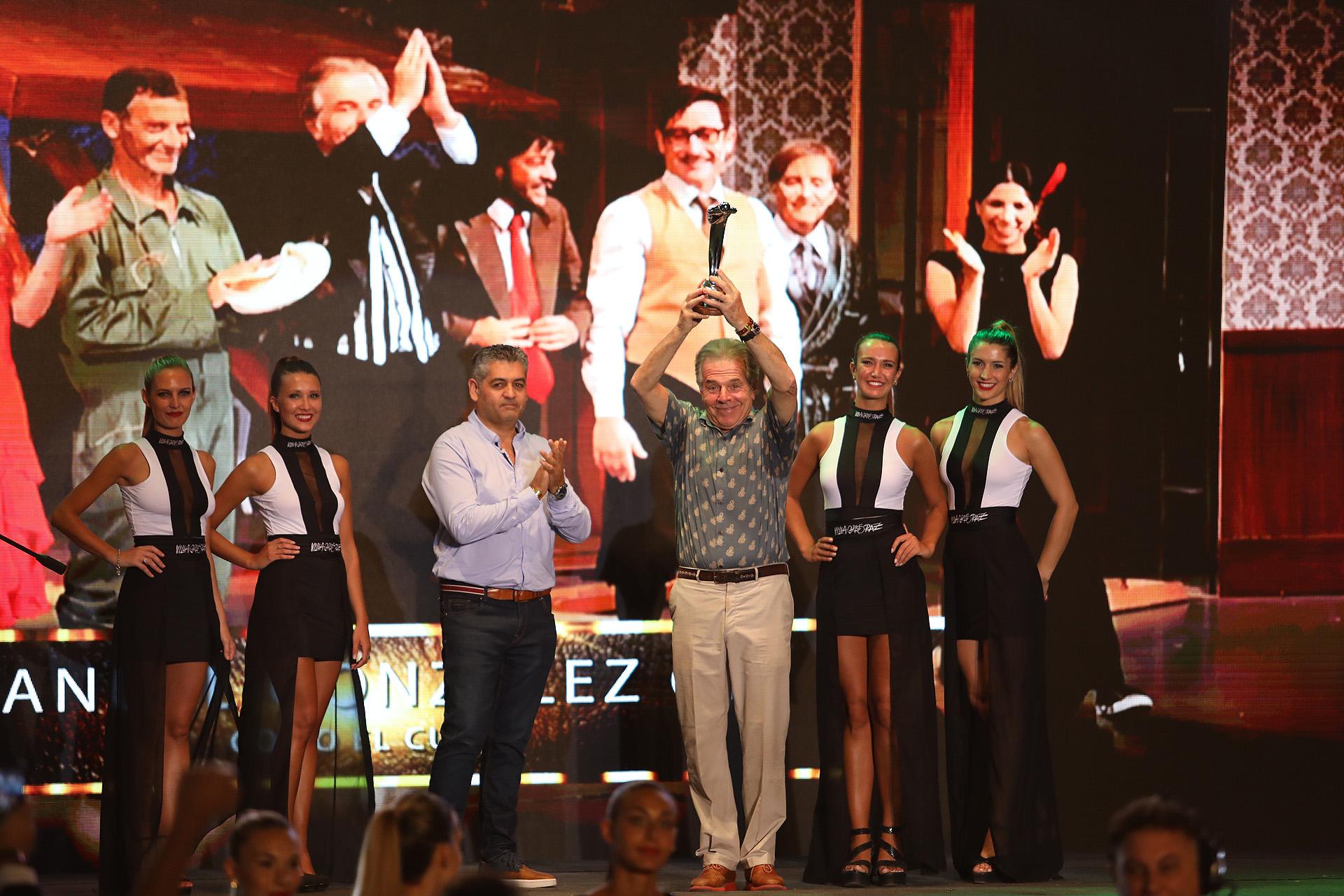 Víctor Laplace, con su premio a la trayectoria